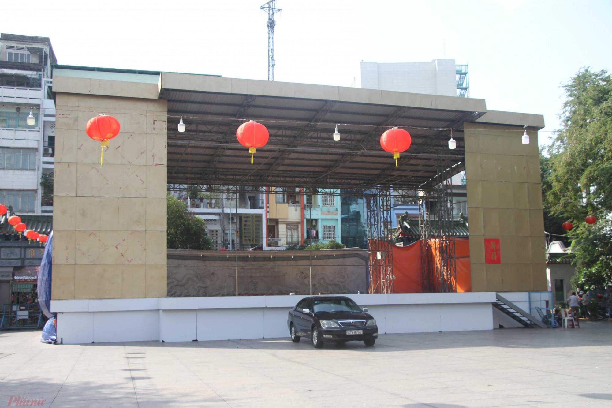 Khu vực sân khấu để hát tuồng dịp tết Nguyên Tiêu năm nay cũng không thấy sự trang hoàng, do lịch diễn bị hủy.