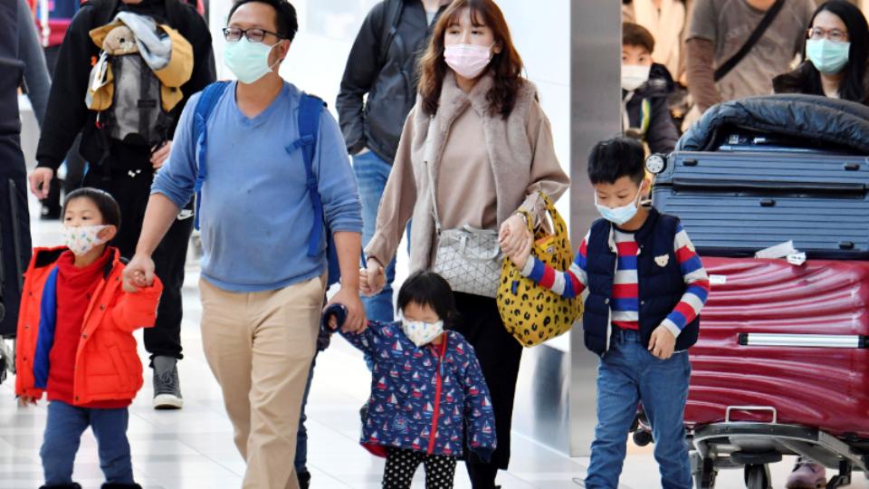 Ra sân bay bến xe bây giờ, nào ai biết có xui xẻo và gặp trúng người nhiễm dịch hay không? Ảnh minh hoạ