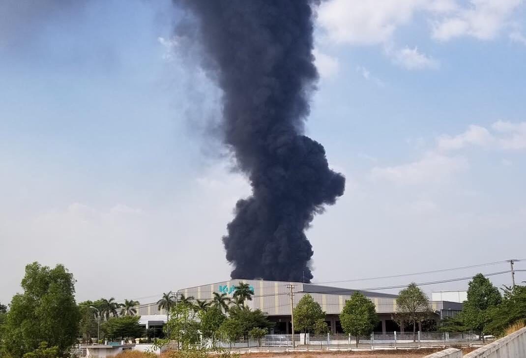 Đứng xa hàng km vẫn thấy cột khói cao cuồn cuộn