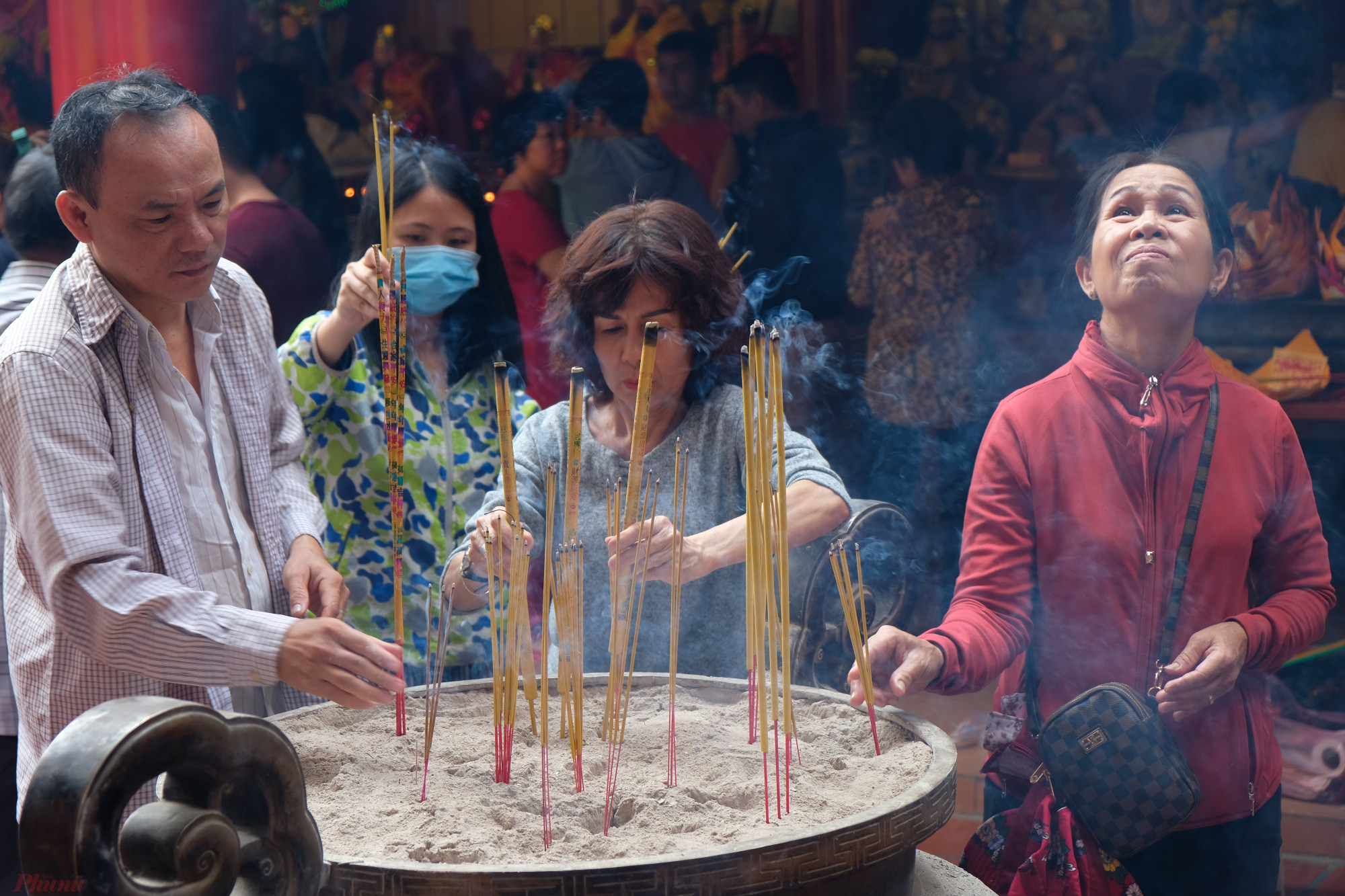 Người Hoa thường đi chùa cầu an, cầu phúc vào dịp Tết nguyên tiêu - Ảnh: Đậu Dung
