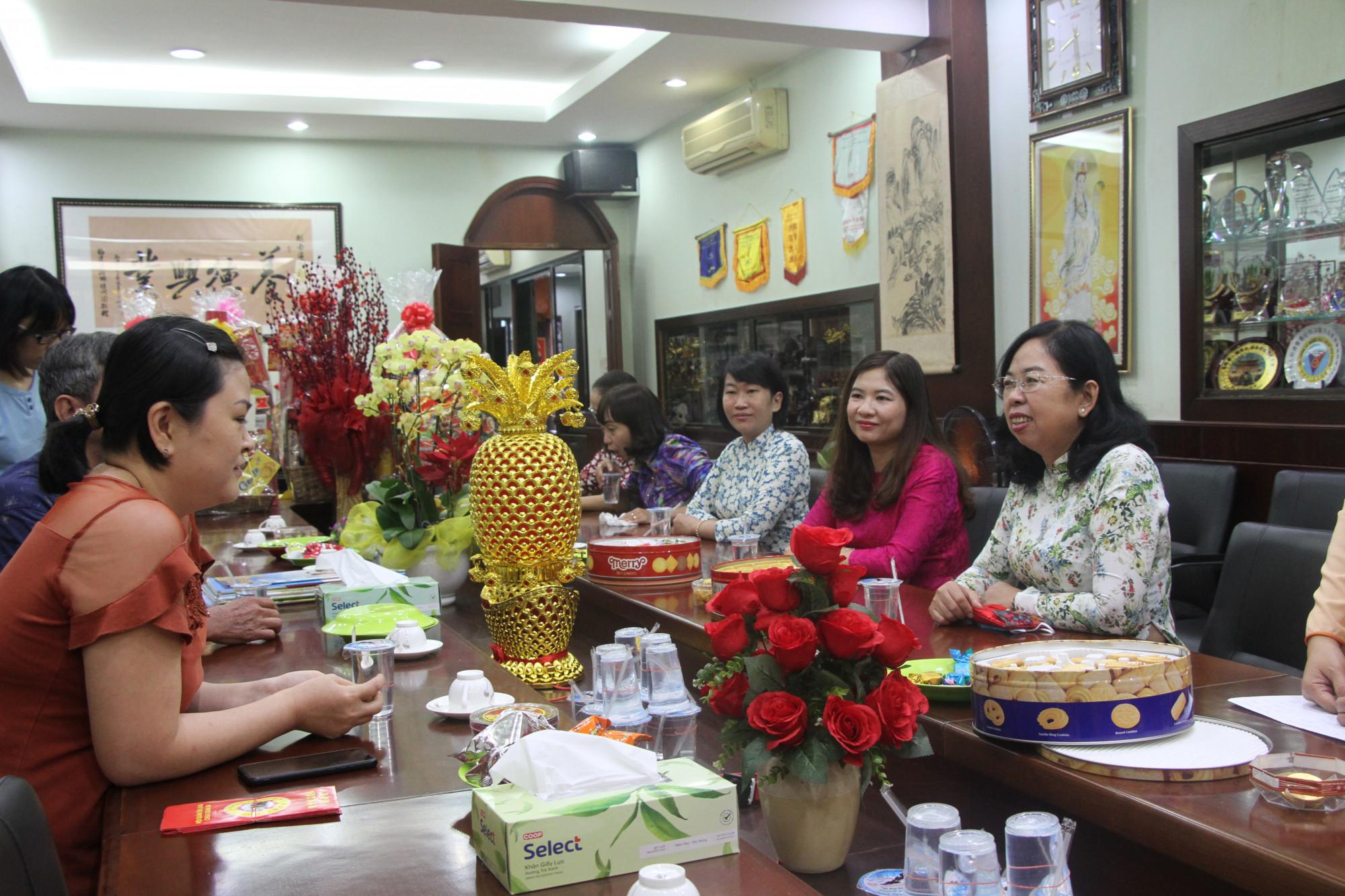 Bà Đỗ Thị Chánh  thăm hỏi Đại diện Ban quản trị Hội quán Ôn Lăng