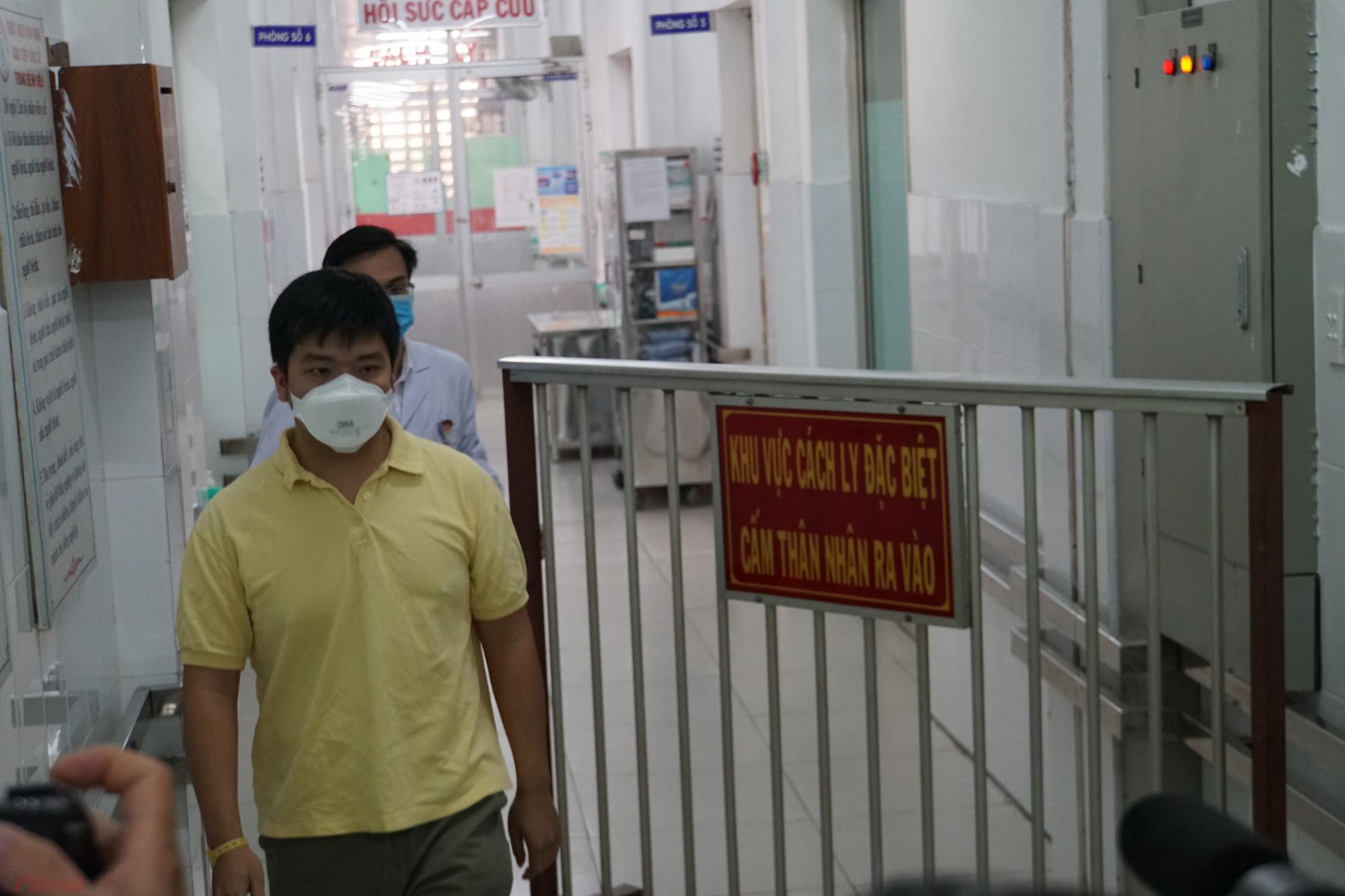 Anh Z. bước ra từ phòng cách ly của khoa Bệnh Nhiệt đới, Bệnh viện Chợ Rẫy.