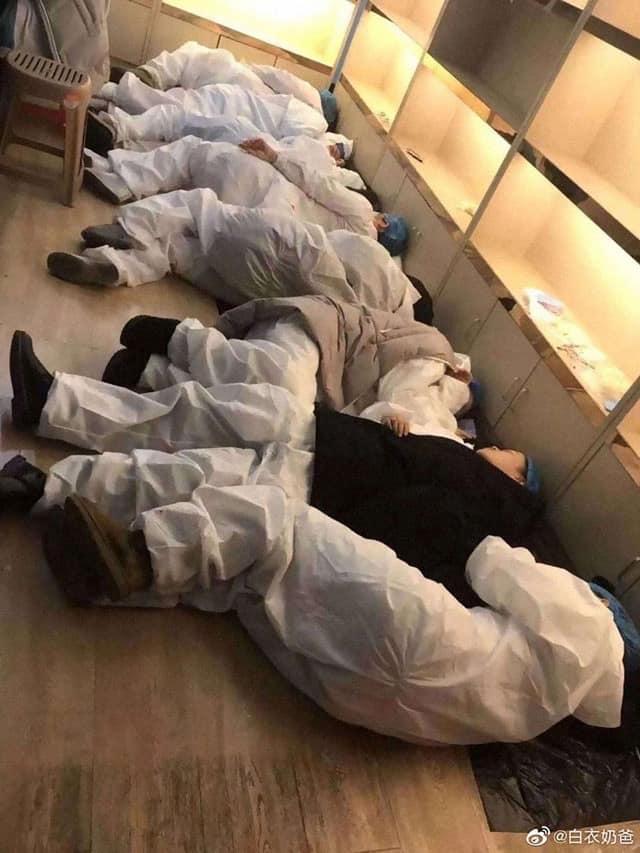 Y bác sĩ nằm la liệt xuống sàn sau ca trực