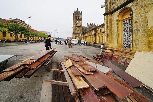 Những đồ đạc bên trong nhà thờ đang được di chuyển ra ngoài, chuẩn bị cho việc hạ giải