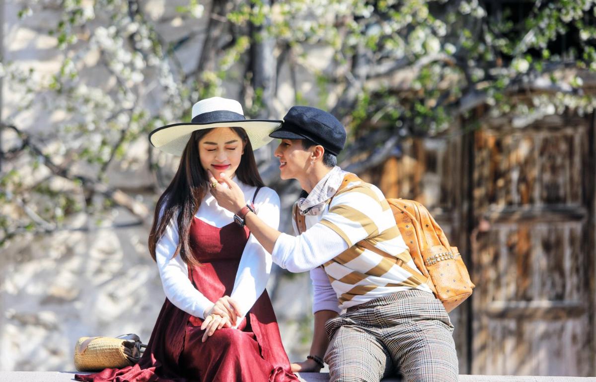Sắc màu trang phục đồng điệu tạo nên những bức ảnh thời trang đẹp và lãng mạn cho Bình An - Phương Nga.