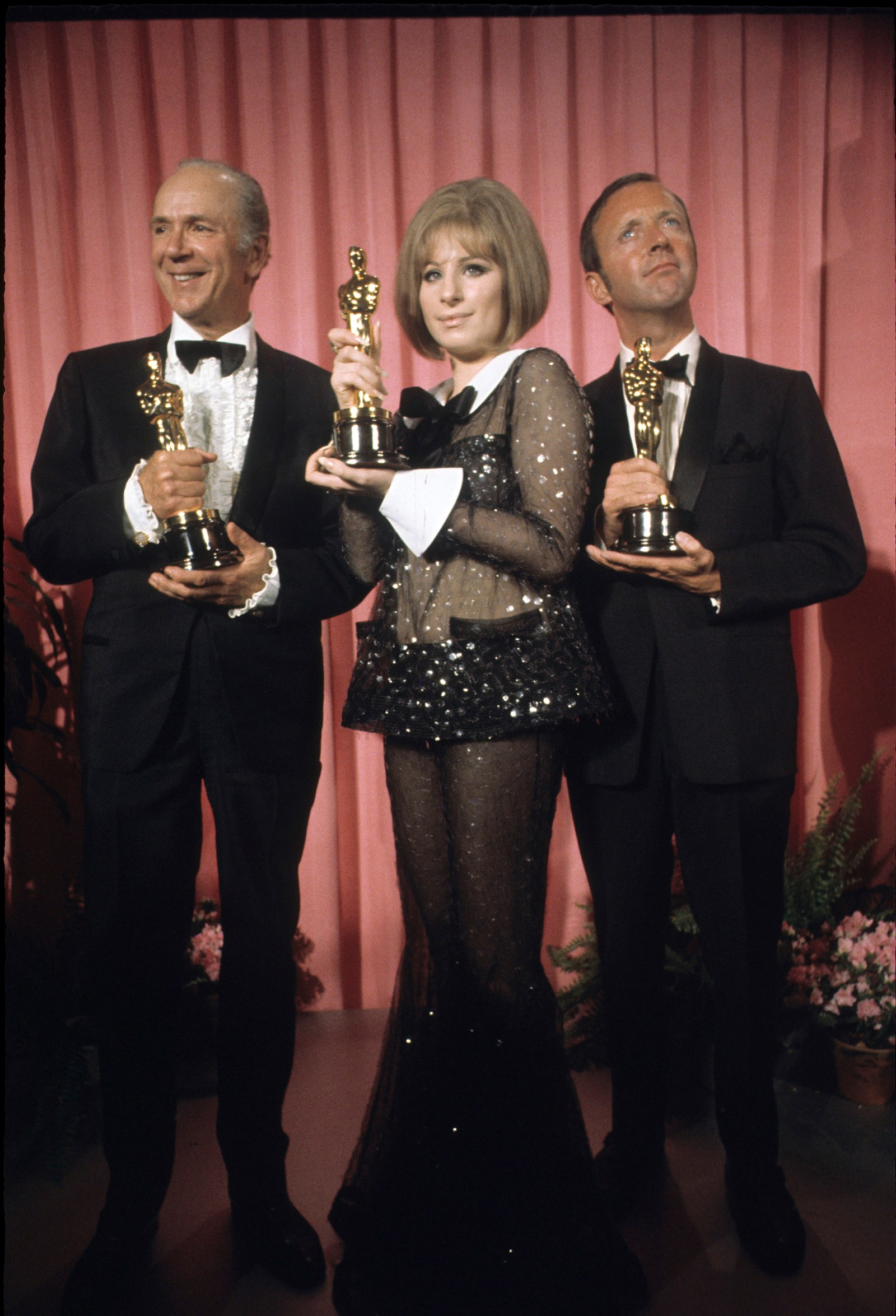 Barbra Streisand, 1969 Khi Barbra Streisand mang về giải thưởng nữ diễn viên xuất sắc nhất cho vai diễn trong Funny Girl, nữ ca sĩ-nữ diễn viên mặc một chiếc quần bó sát của Arnold Scaasi, với đôi chân loe và còng tuxedo. Bản hòa tấu, tình cờ gần như hoàn toàn nhìn xuyên thấu, gây xôn xao dư luận, và sau đó, cô gái 26 tuổi sau đó nói rằng cô đã coi bộ trang phục lỗ hổng độc nhất trên sân khấu Oscar. Tôi không biết rằng khi ánh sáng chiếu vào bộ trang phục đó, nó sẽ trở nên trong suốt, cô nói trong một cuộc phỏng vấn sau đó. Tôi nghĩ rằng bản thân mình, tôi sẽ giành được hai giải Oscar trong đời và tôi sẽ bảo thủ hơn vào lần tới.