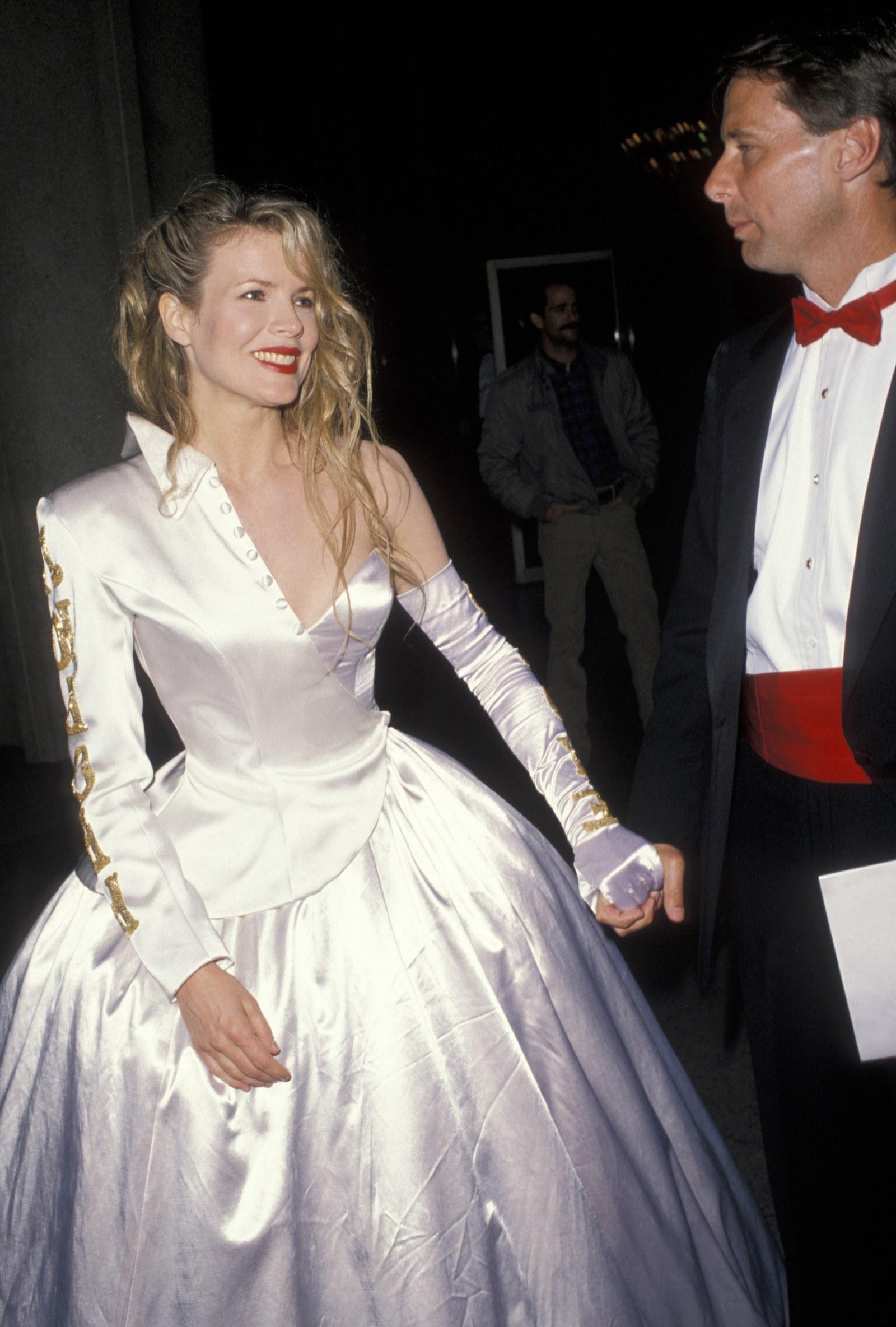 Kim Basinger, 1990 Một nửa áo choàng, một nửa tuxedo, bộ đồng phục giống Kim Basinger Hồi Frankenstein (được tạo kiểu với một chiếc găng tay trắng) đã bị chỉ trích. Tuy nhiên, không nhiều người biết rằng thiết kế satin trắng không phải là một sáng tạo từ một nhãn hiệu cao cấp: Nữ diễn viên thực sự tự thiết kế nó.