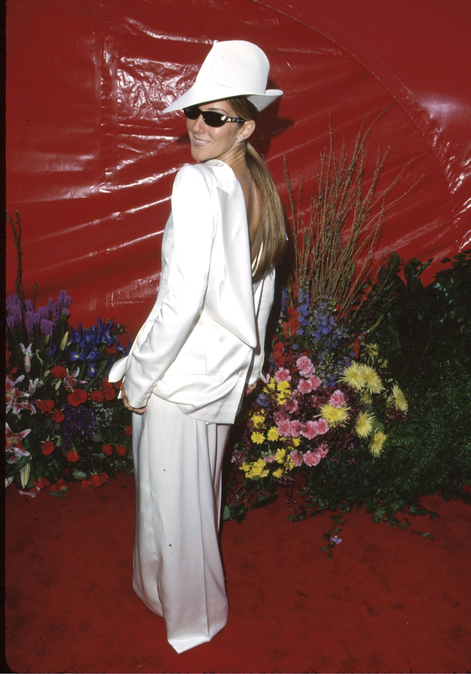 Céline Dion, 1999 Trên mặt trận thời trang, Oscar 1999 được cho là một trong những năm thú vị nhất được ghi nhận. Nhưng một điểm nổi bật không thể bỏ qua là bộ tuxedo ngược của Céline Dion, được thiết kế bởi John Galliano và kết hợp với một chiếc mũ vành xù. Đó là một sự khởi đầu trong khoảng thời gian, khi thảm đỏ vẫn còn bị chi phối rất nhiều bởi những chiếc váy truyền thống. Khi tôi mặc thứ đó, mọi người đều mặc váy chứ không phải quần, sau đó cô ấy nhớ lại. Tôi là người duy nhất có quần trong bộ đồ lạc hậu từ Galliano, và nếu tôi làm điều này hôm nay, nó sẽ hoạt động. Đó là tiên phong vào thời điểm đó.