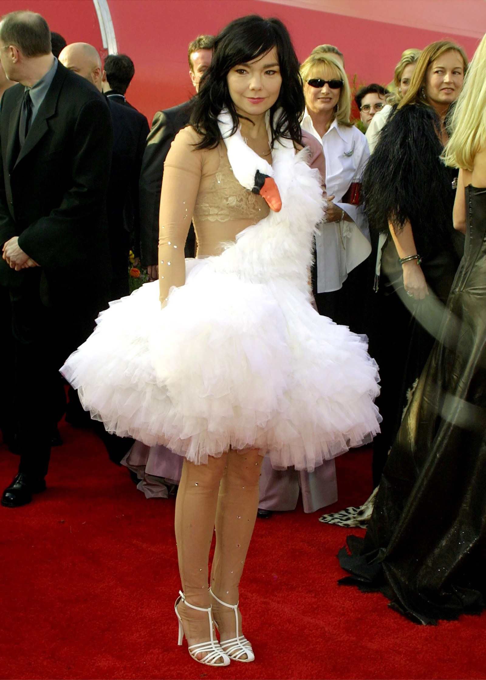 Bjork, 2001 Đó là chiếc váy làm rung chuyển toàn cầu: Ca sĩ Bjork người Iceland đã thúc đẩy một trong những khoảnh khắc văn hóa đại chúng lớn nhất mọi thời đại khi cô mặc chiếc váy thiên nga của Marjan Pejoski tới Oscar 2001. Váy đầy đủ của Frock và cổ thiên nga dài, quấn quanh Bjork, giống như một chiếc khăn, đã được bảo quản trong các bảo tàng trên toàn cầu. Cái nhìn gây tranh cãi thậm chí đi kèm với một chiếc ví hình quả trứng để phù hợp. Nữ ca sĩ mang theo sáu quả trứng đà điểu bên mình và rải chúng trên thảm đỏ. Những người khác, những người vệ sĩ của họ tiếp tục nhặt chúng lên và nói bằng giọng Mỹ dày đặc của họ, 'Scuse me, ma Hóaam, bạn đã đánh rơi nó