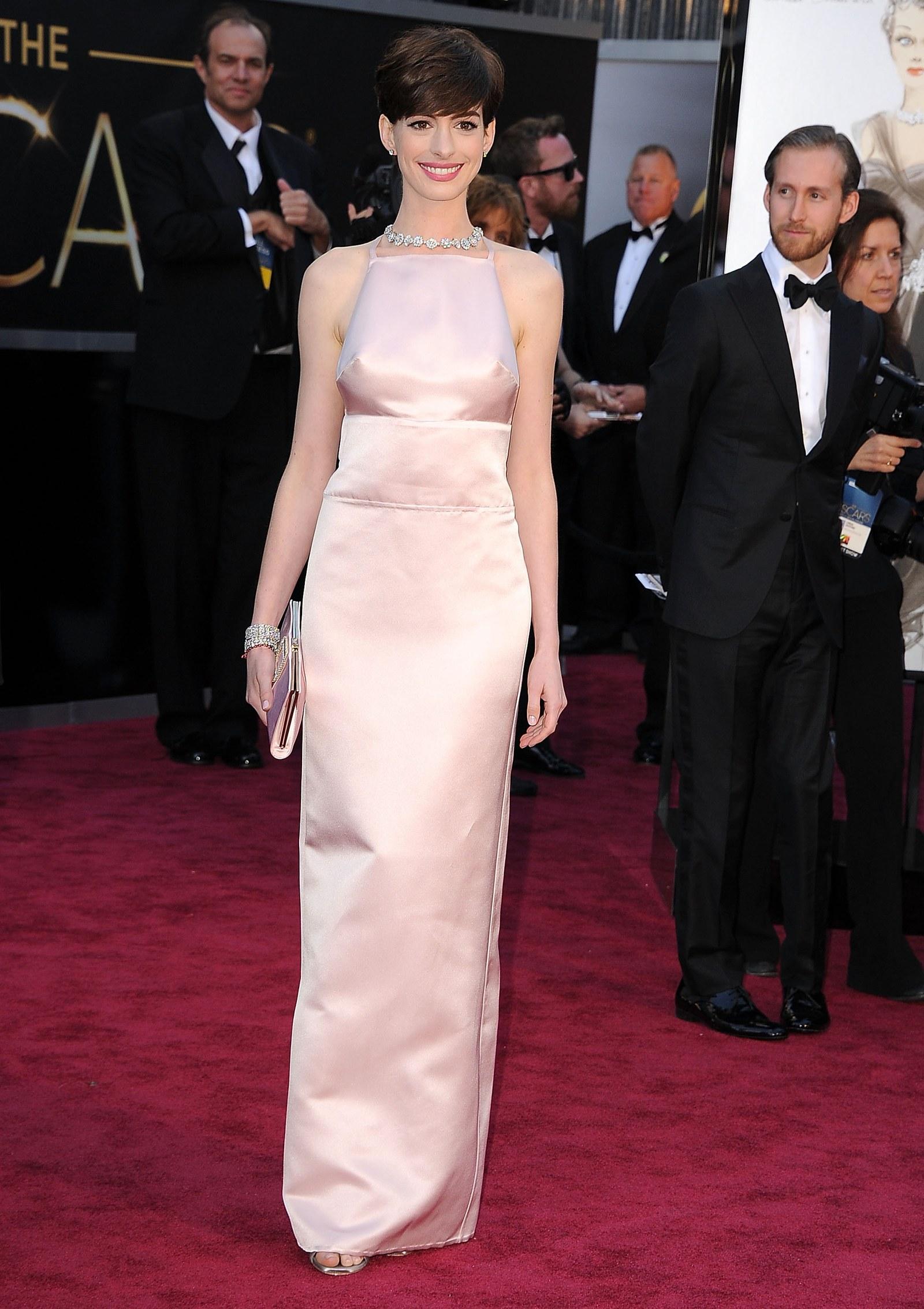 Chiếc váy hiệu Prada của Anne Hathaway nhiệt cho lễ trao giải Oscar 2013 đã mang đến một số bộ phim truyền hình trên thảm đỏ. Nam diễn viên, người đã giành giải Nữ diễn viên phụ xuất sắc nhất năm đó cho vai diễn trong Les Misérable, đã đưa ra quyết định vào phút cuối khi mặc chiếc váy hiệu Prada màu hồng chỉ vài giờ trước buổi trình diễn khi chiếc váy Valentino ban đầu của cô được cho là quá giống với nữ diễn viên khác . Nhưng Valentino đã gửi một thông cáo báo chí xác nhận rằng Hathaway sẽ mặc thiết kế ngôi nhà. Các nhà phê bình không chỉ đóng sầm áo choàng Hình bóng vụng về vụng trộm. Sau đó, Hathaway đã nói đùa, Trông có vẻ như núm vú của tôi cũng khó khăn. Thay đổi vào phút cuối cũng được nhiều người coi là một kẻ hợm hĩnh đối với Valentino. Hathaway cuối cùng đã xin lỗi. Mặc dù tôi yêu chiếc váy mà tôi đã mặc, nhưng đó là một quyết định khó khăn vào phút cuối vì tôi rất mong được mặc Valentino để tôn vinh mối quan hệ sâu sắc và có ý nghĩa mà tôi đã tận hưởng với ngôi nhà và với chính Valentino, cô nói. Tôi vô cùng hối hận về bất kỳ sự thất vọng nào.
