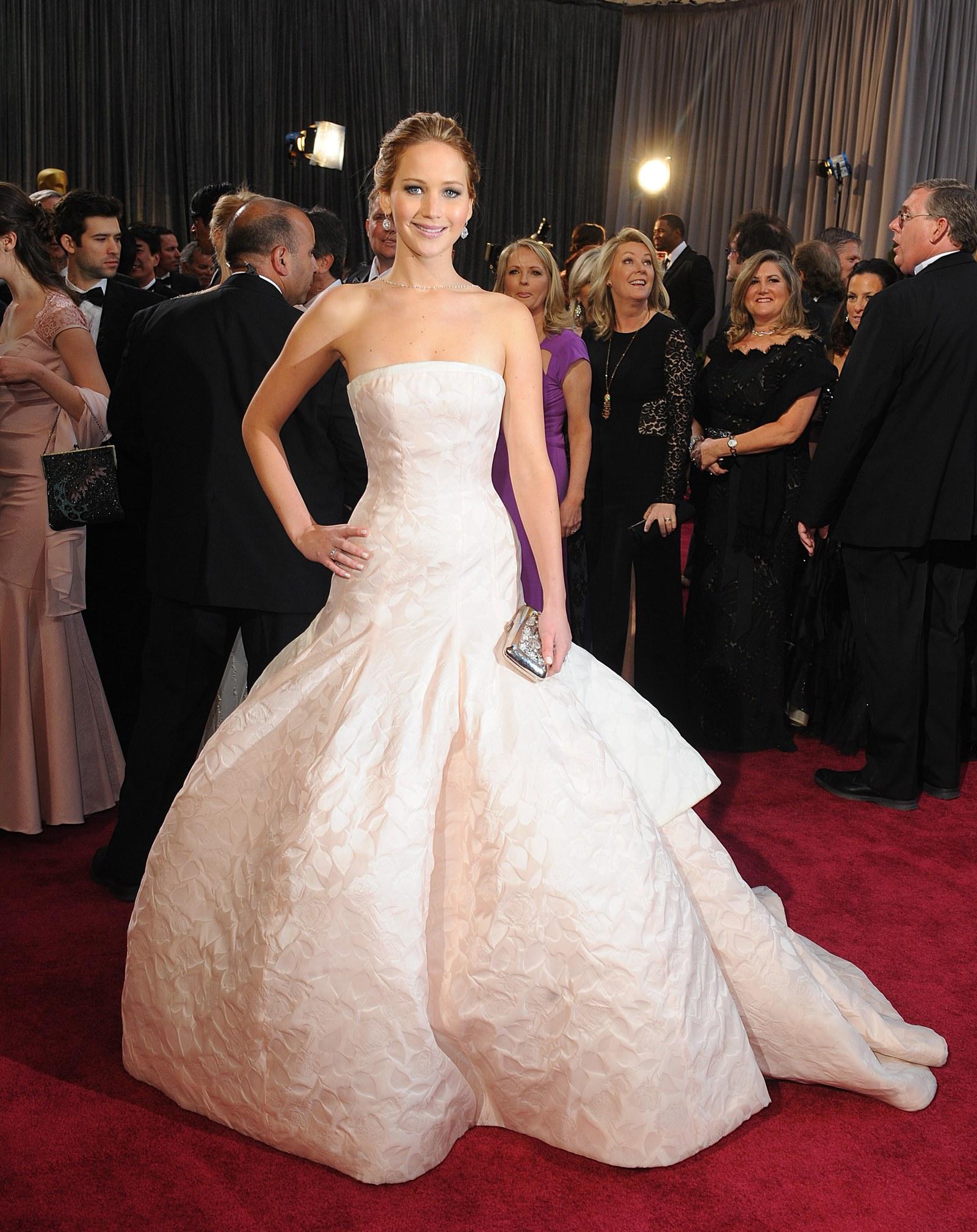 Jennifer Lawrence, 2013 Giành được giải Nữ diễn viên xuất sắc nhất cho Silver Linings Playbook năm 2013, Jennifer Lawrence đã chọn một chiếc váy Dior quây của Raf Simons cho dịp này. Chuyến tàu đầy đủ, đồ sộ của nó không thể phủ nhận được sự choáng váng trên bậc thang lặp đi lặp lại nhưng sau đó cô leo lên cầu thang để nhận giải Oscar trong buổi lễ, nó khiến cô vấp ngã và dẫn đến cảm giác siêu vi.