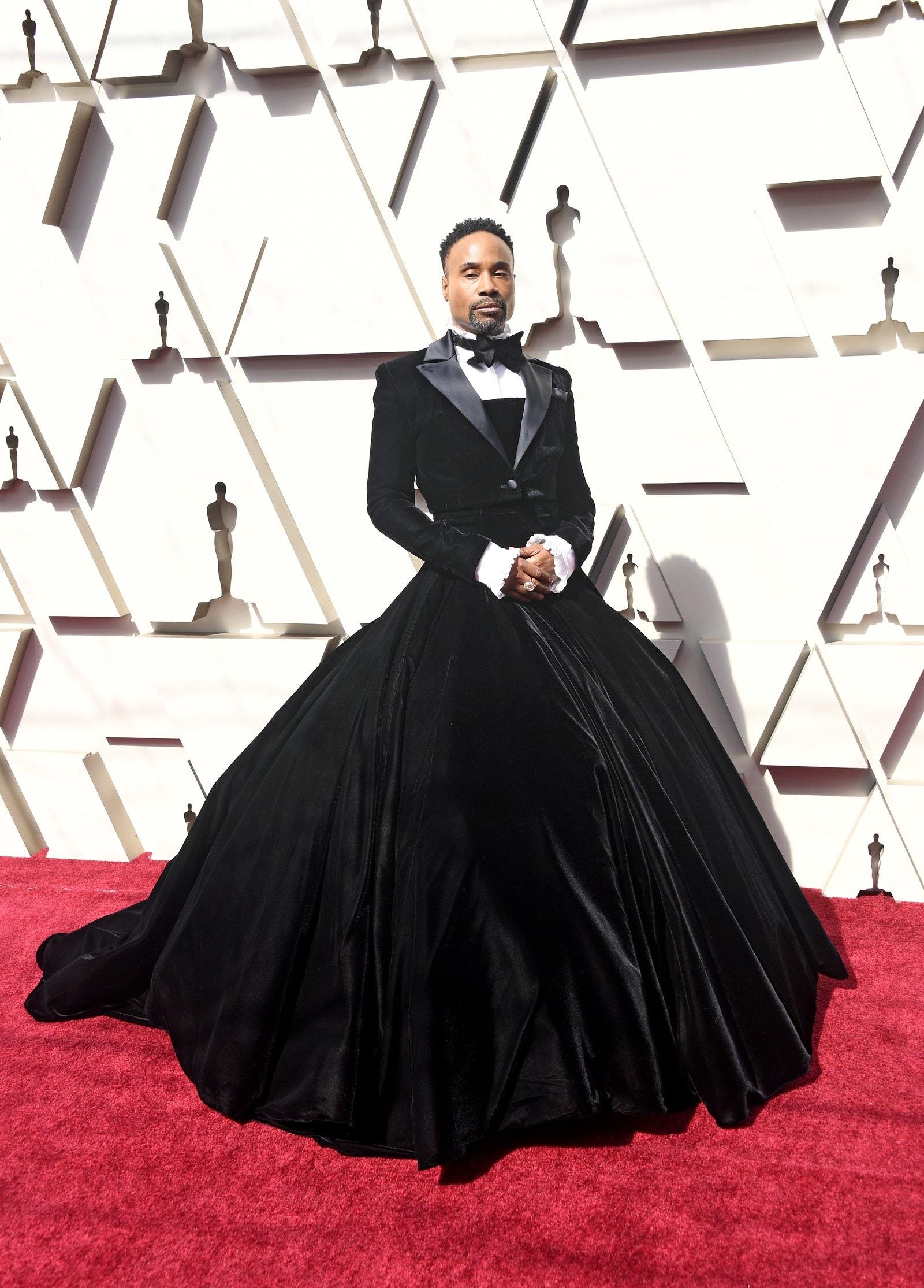 Billy Porter đã đánh cắp sự chú ý khi anh tham dự Oscar 2019 trong một chiếc váy bóng tùy chỉnh, không phải là một bộ tuxedo, bởi Christian Siriano. Tôi luôn luôn muốn mặc một chiếc váy bóng, tôi chỉ không biết khi nào, Port Porter nói với tạp chí Vogue. Tôi muốn mọi người hiểu rằng bạn không cần phải hiểu hoặc thậm chí đồng ý với những người khác về tính xác thực hoặc sự thật, nhưng tất cả chúng ta phải tôn trọng lẫn nhau. Mọi người sẽ thực sự khó chịu với cặp mông đen của tôi trong một chiếc áo choàng bóng, nhưng nó không phải là bất cứ ai kinh doanh mà là của tôi.