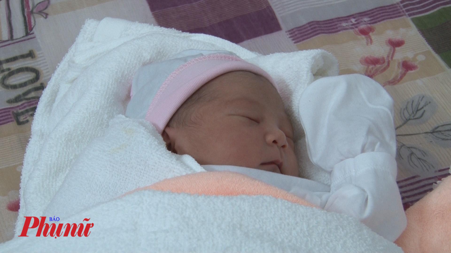 Bé gái kháu khỉnh bị mẹ bỏ rơi khi vừa mới sinh ra