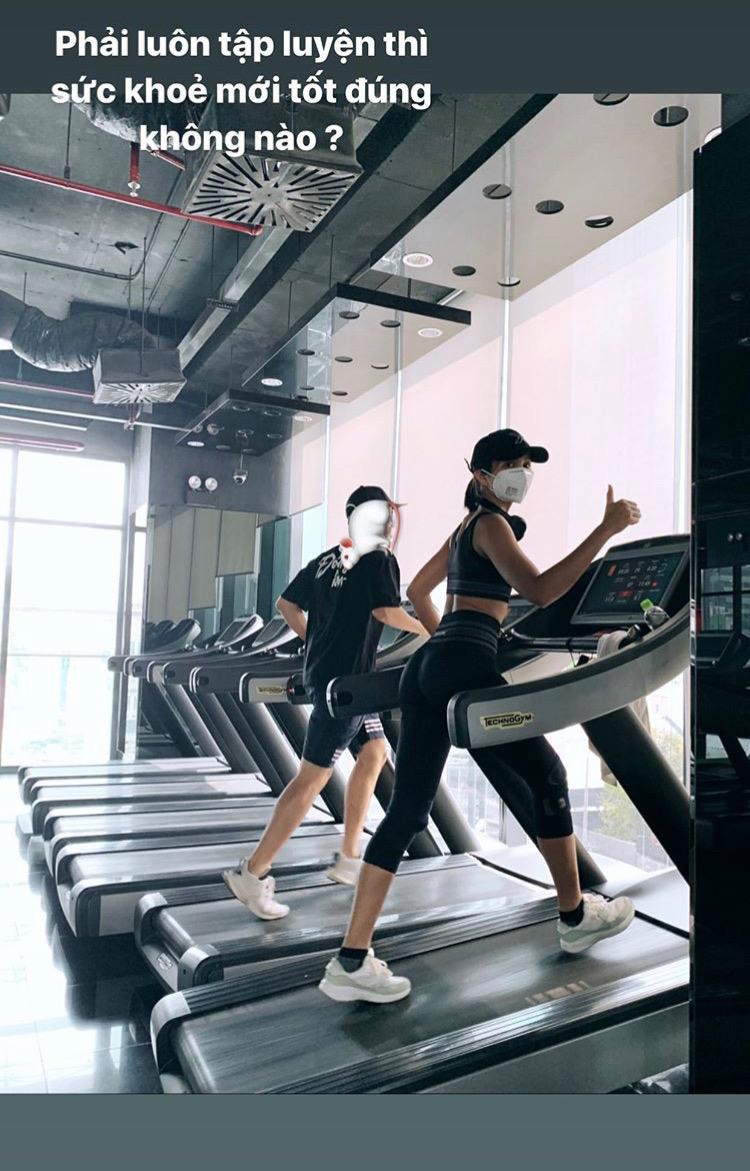H'Hen Niê tập chạy trên máy để làm săn chắc phần đùi,giúp tăng cường sinh lực và sự dẻo dai của cơ thể.Chạy bộ trên máy có lợi cho việc giảm cân, luyện tập nhịp tim rất tốt, tác dụng giảm huyết áp, tăng cholesterol tốt, tăng cường miễn dịch đối với cảm lạnh và các virus khác.