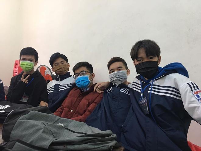 Nhiều học sinh vẫn nghĩ chỉ cần đeo khẩu trang là tránh được bệnh dịch và có thể thoải mái đi chơi. Ảnh minh hoạ
