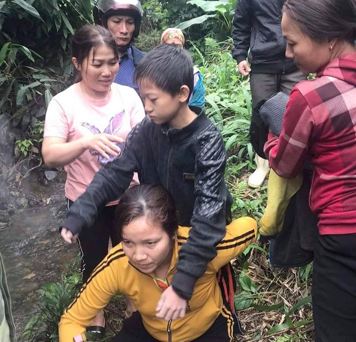 Hai bé trai được lực lượng chức năng và người dân phát hiện đang ngồi trú ẩn dưới một lùm cây trong rừng