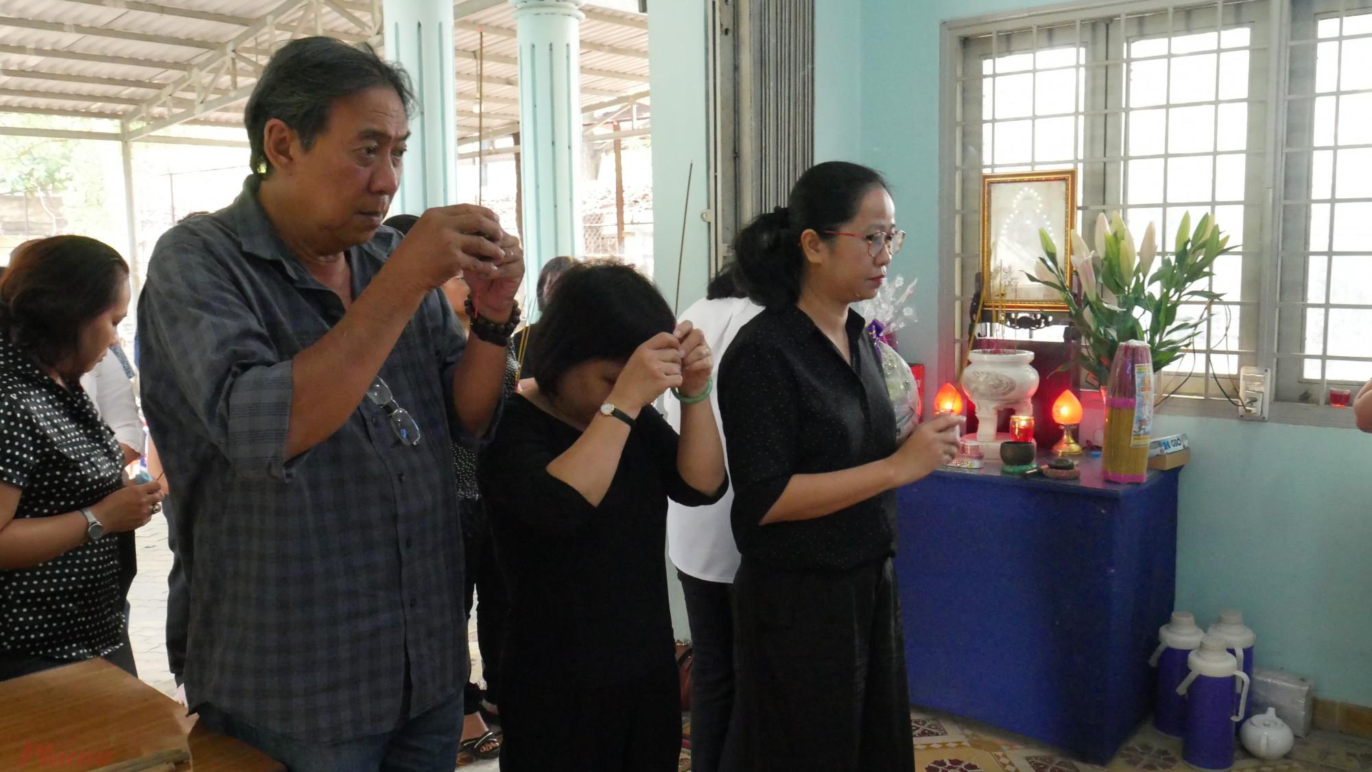 Bà Lê Huyền Ái Mỹ, Tổng biên tập Báo Phụ Nữ TPHCM dẫn đoàn cán bộ, công nhân viên, phóng viên, biên tập viên Báo đã đến viếng, thắp nhang dì Mười Mai