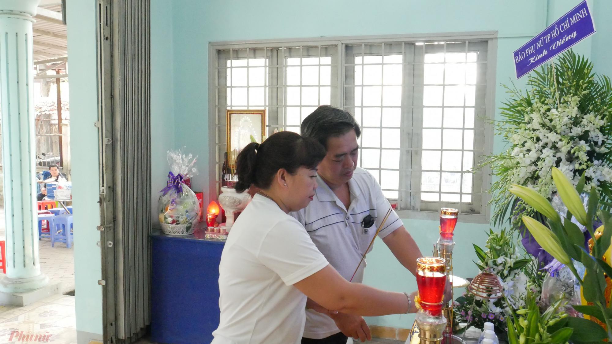 Vợ chồng anh Phú đại diện gia đình lo tang lễ cho Dì Mười Mai lúc cuối đời.