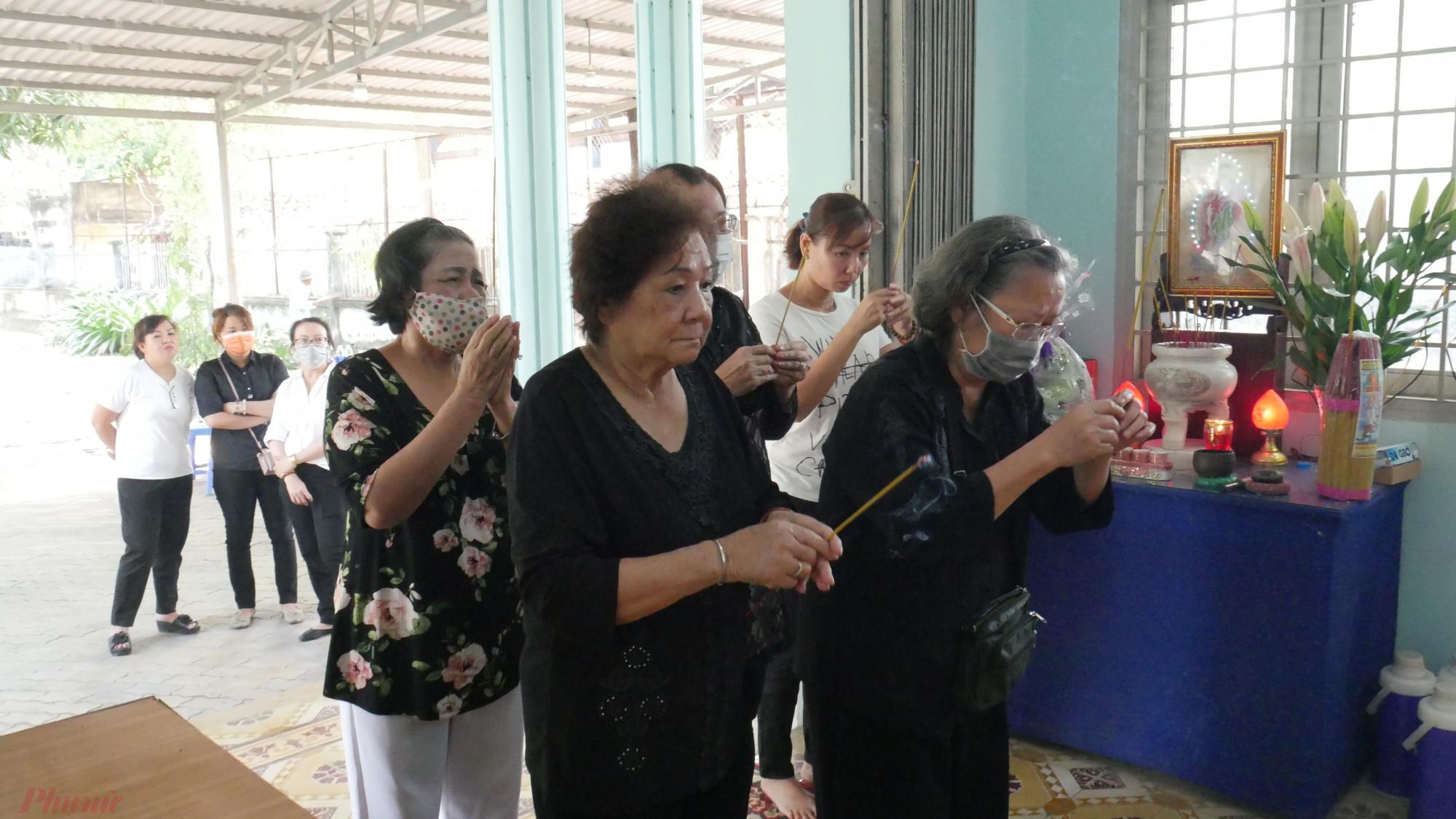 Các dì, chị là đồng nghiệp một thời và các thế hệ báo Phụ nữ cũng đến viếng tang dì Mười Mai