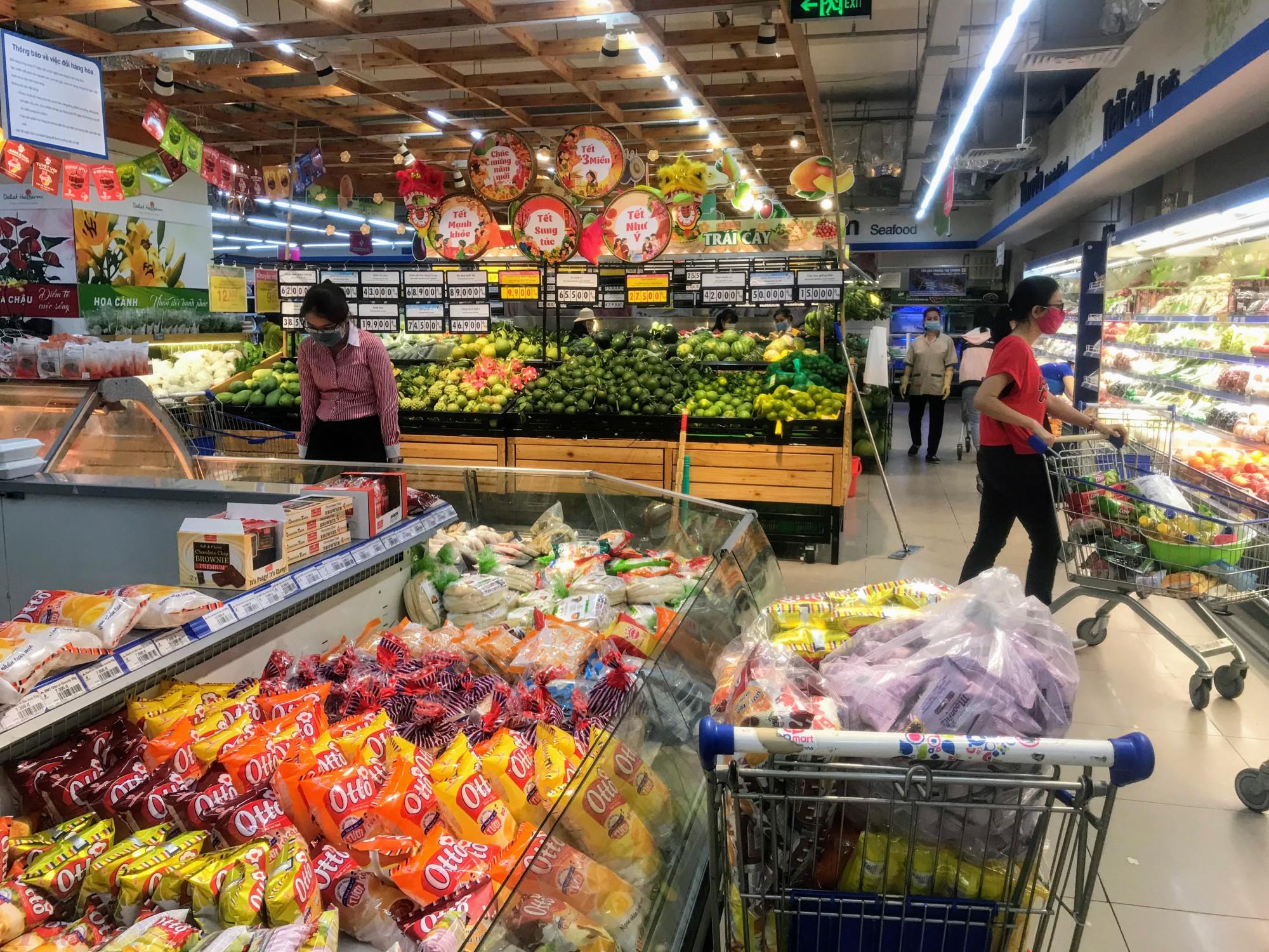 Cụ thể, sáng 5/2 ghi nhận của phóng viên báo Phụ Nữ TPHCM tại siêu thị Co.op Văn Thánh (quận Bình Thạnh) hơn 10h sáng nhưng lượng khách khá thưa thớt, nhân viên siêu thị bắt đầu tăng cường, bổ sung một số mặt hàng như mì gói, gia vị,… hàng rau xanh, trái cây, thịt theo quan sát của phóng viên có khá đầy đủ hàng, hàng ăn làm sẵn cũng bắt đầu đa dạng các món ăn phục vụ cho công nhân viên, dân văn phòng tại khu vực này.