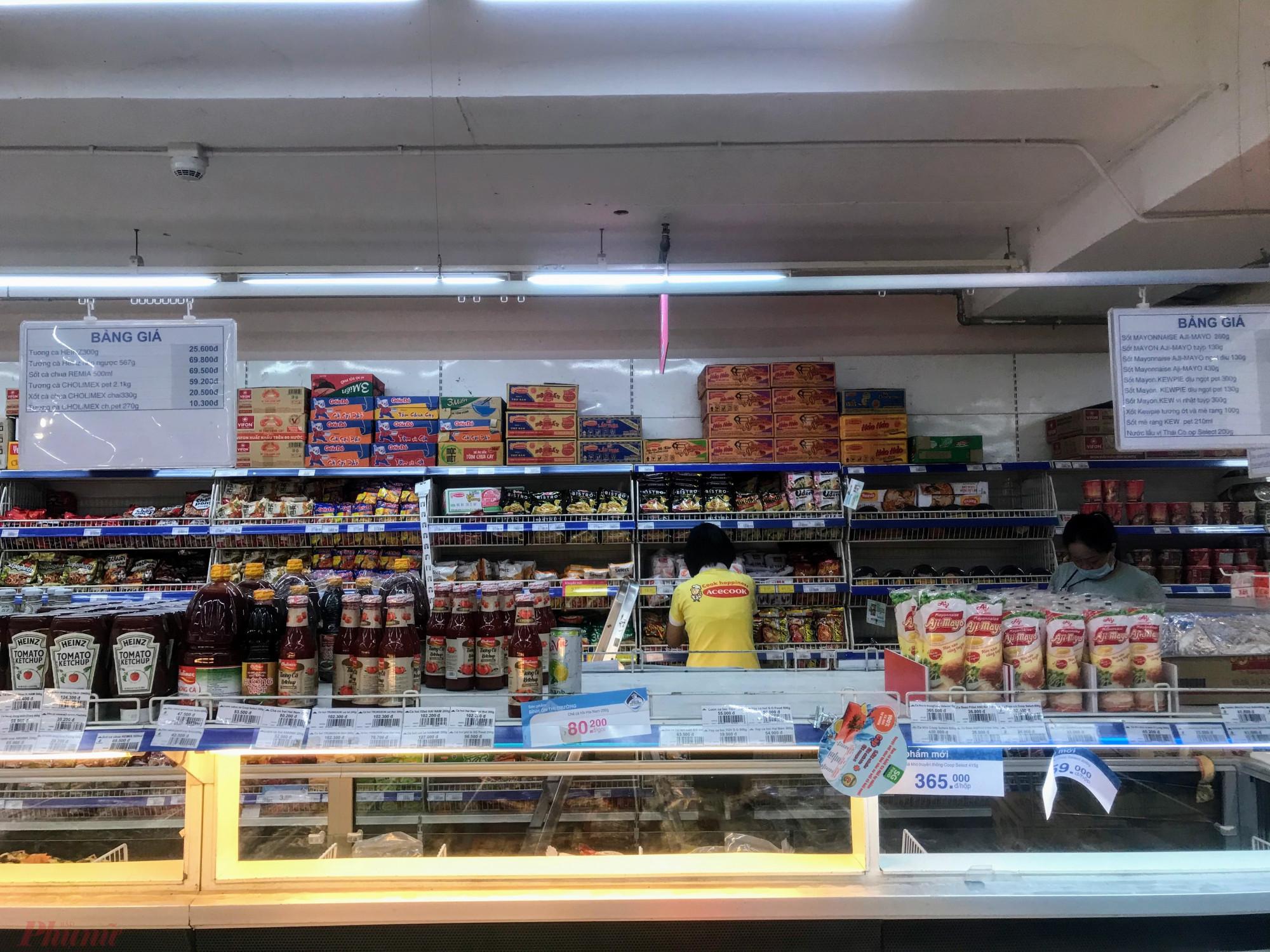 Còn tại một siêu thị thực phẩm nhỏ tại phường 26, quận Bình Thạnh, đến tận 12h trưa 5/2 hàng hoá mới bắt đầu được chuyển từ xe tải xuống, hàng tương sống như cá, mực vẫn chưa được bày bán. Một số mặt hàng như nước ngọt bị mua xơ xát kệ, mặc dù siêu thị này ngày thường đón lượng lớn công nhân viên ghé mua hàng.