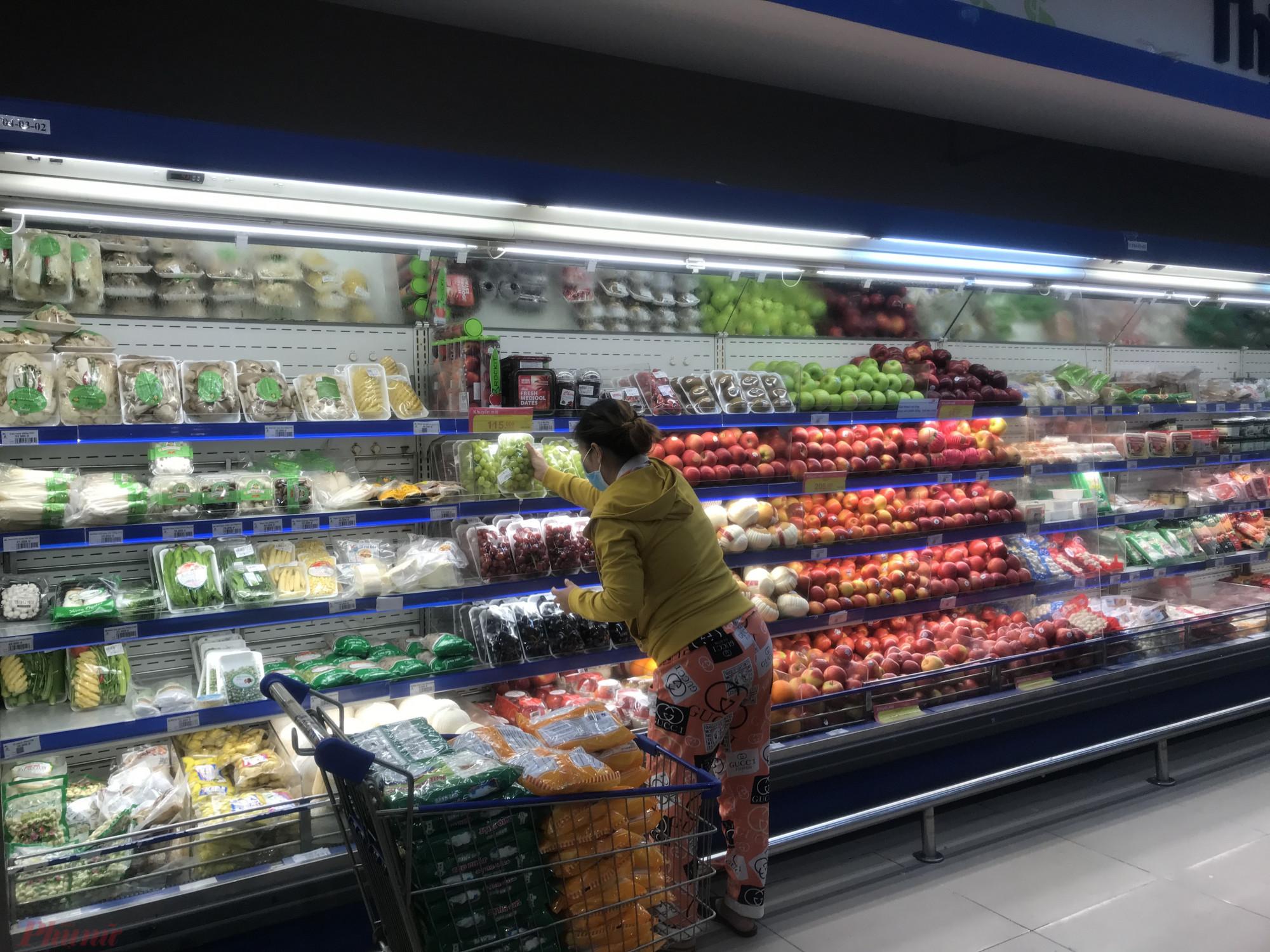 Cụ thể hệ thống siêu thị BigC đã tăng gấp 3 lượng hàng dự trữ tại các kho để cung ứng cho thị trường; hệ thống siêu thị Co.op mart (Sai Gon Coop) đã tăng 50% lượng hàng cung ứng cho hệ thống; hệ thống siêu thị Vinmart cũng tăng 30-50% lượng hàng cung ứng cho thị trường.   Ngoài ra, các hệ thống siêu thị Lotte mart, MM megamarket, các đơn này cũng cho biết nguồn cung hàng hóa thực phẩm thiết yếu trong hệ thống vẫn được bảo đảm giá ổn định do chủ động hợp tác với nông dân và có các nguồn hàng từ các tỉnh phía Nam như Đà lạt nên nguồn cung ổn định.