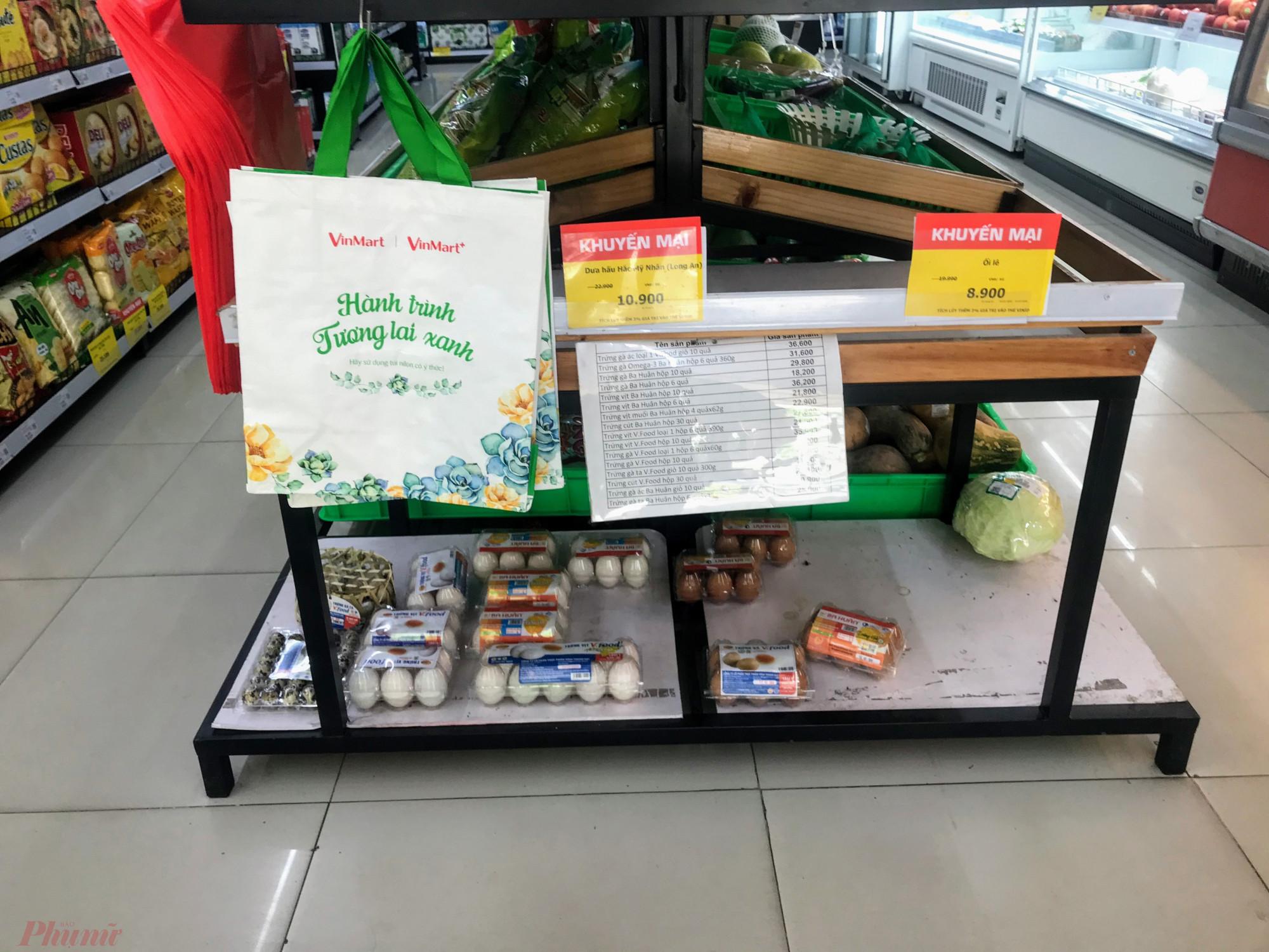"""Ngược lại với các siêu thị lớn, một số hệ thống các cửa hàng tiện lợi, siêu thị nhỏ có cung cấp các loại thực phẩm, hàng tương sống như Vinmart theo ghi nhận của phóng viên trong hôm nay (5/2) hàng hoá khá khiêm tốn, tại Vinmart khu vực cầu Hoàng Hoa Thám (quận 1) rau, củ vẫn còn nghèo nàn. Còn tại một Vinmart tại phường 27, cũng chung """"hoàn cảnh"""" tại đây nhóm trứng được dán bảng hơn chục loại, nhưng mỗi loại còn 1 vài vĩ."""