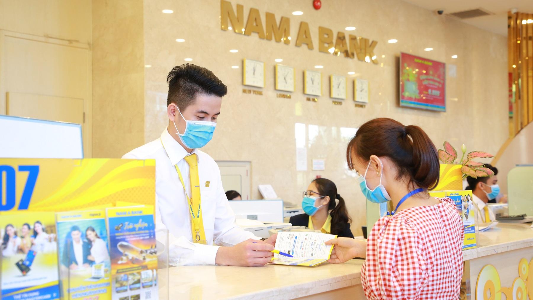 Nam A Bank đi đầu trong việc trang bị miễn phí khẩu trang y tế, dung dịch rửa tay sát khuẩn cho khách hàng
