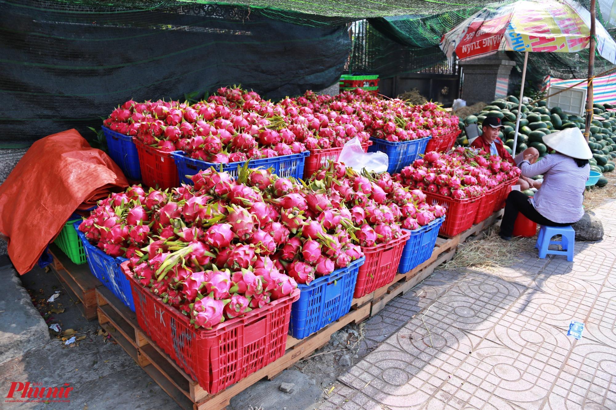 Các loại thanh long Bình Thuận cũng được đổ bán với số lượng lớn ở dọc đường Phạm Văn Đồng, theo một số người bán thanh long được chuyển vào bán trong những ngày gần đây, thanh long ruột đỏ được bán với giá 10 ngàn đồng/kg