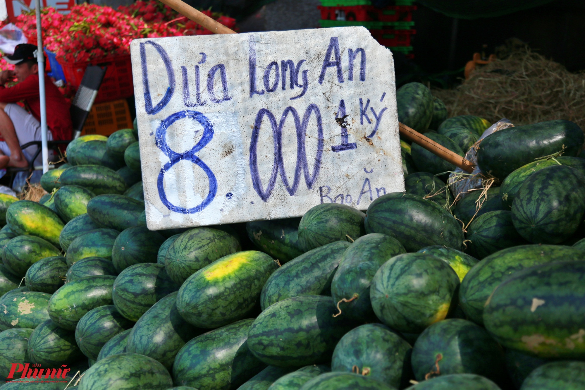 Một số loại dưa hấu nhập từ Long An có giá bán 8 ngàn đồng/kg