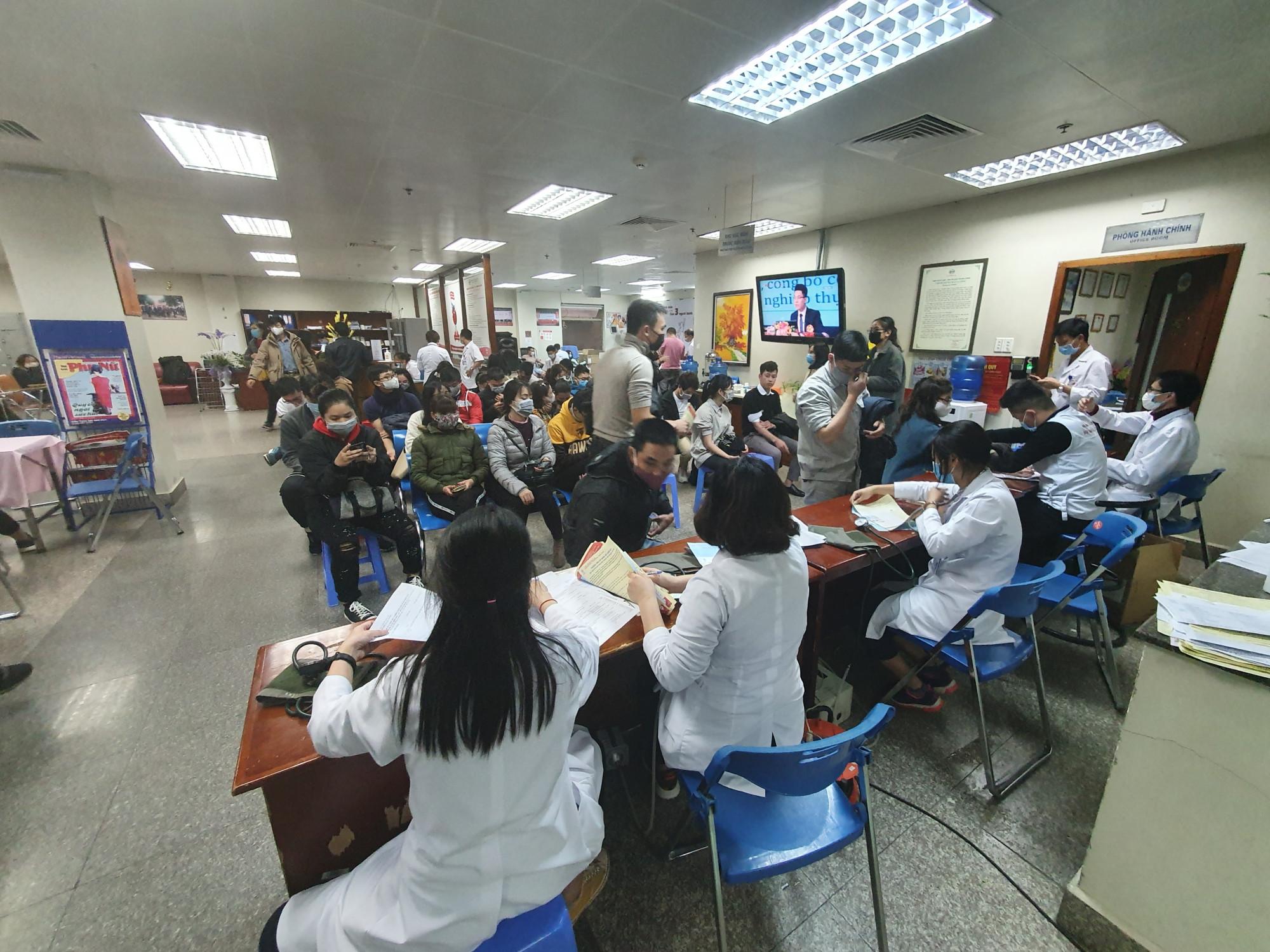 Riêng trong chiều ngày 6/2, hàng trăm người đã có mặt tại Bệnh viện Huyết học Truyền máu Trung ương để hiến máu tự nguyện.
