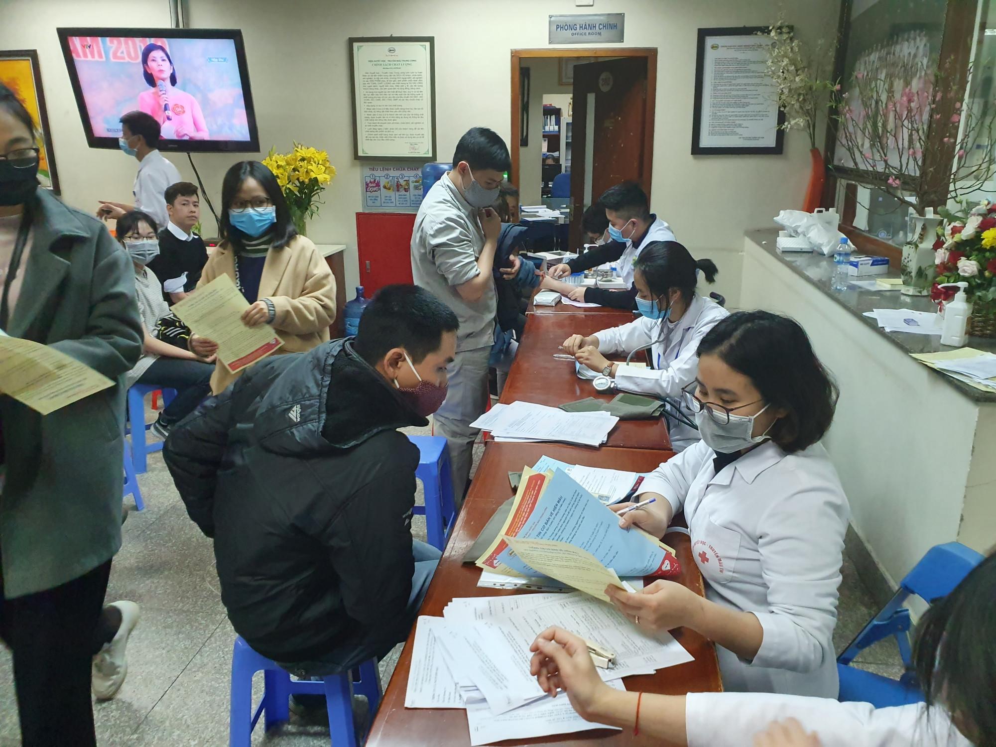 Sau khi đăng ký hiến máu, các tình nguyện viên được khám sức khỏe, kiểm tra xem đủ tiêu chuẩn hiến máu hay không.