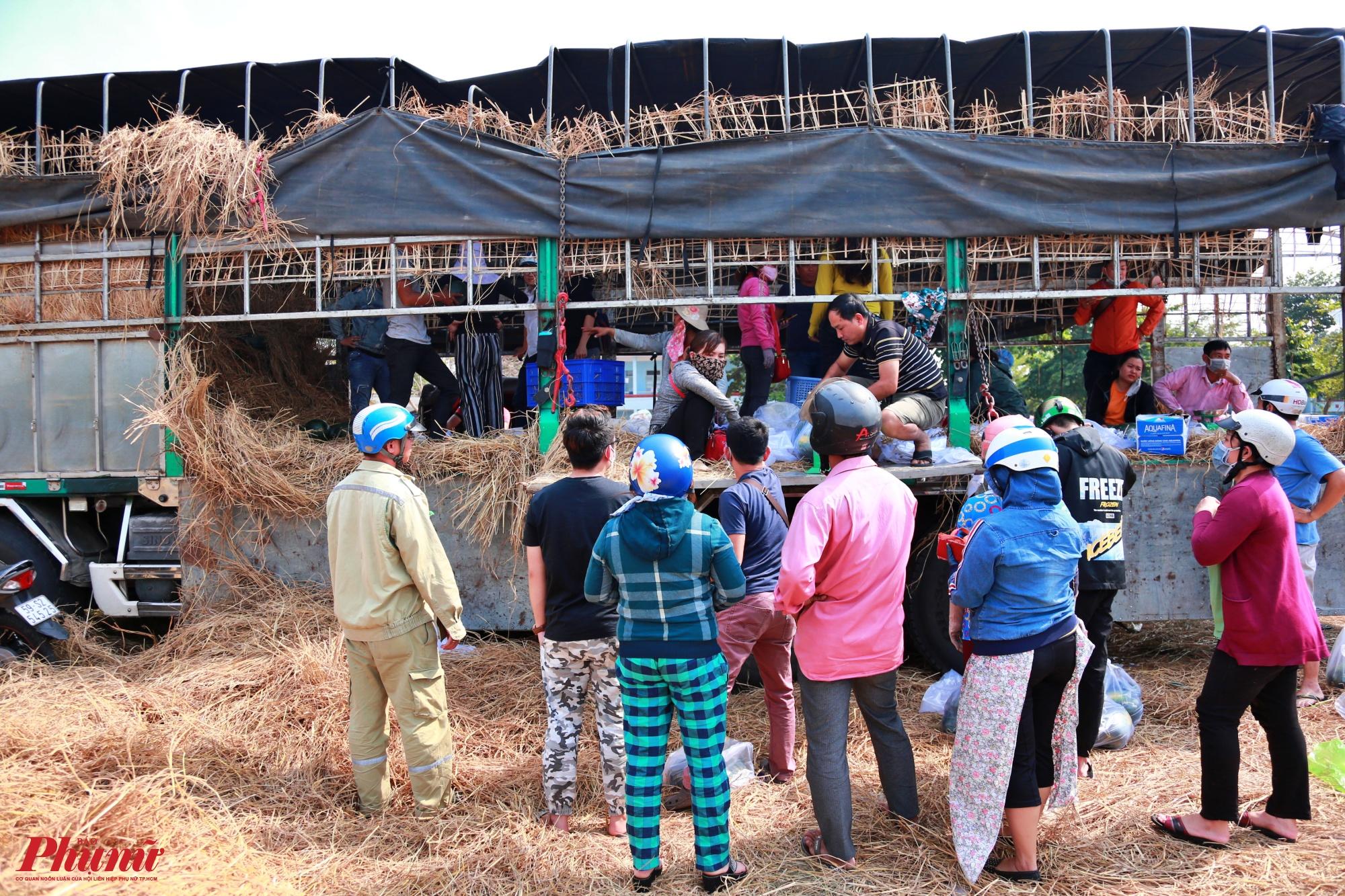Trong khi đó, nhiều người dân chờ đợi mua dưa hấu giá rẻ ở đường Đỗ Xuân Hợp quận 9, xe tải chở khoảng 25 tấn dưa hấu từ Gia Lai về TP.HCM
