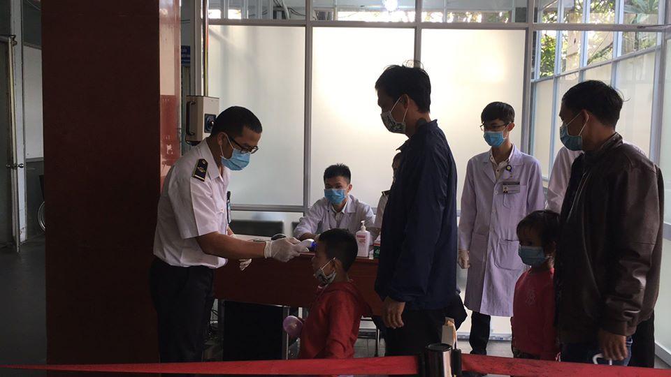 Hành khách đi tàu qua ga Sài Gòn được đo thân nhiệt nhằm kiểm soát dịch bệnh do virus corona đang bùng phát