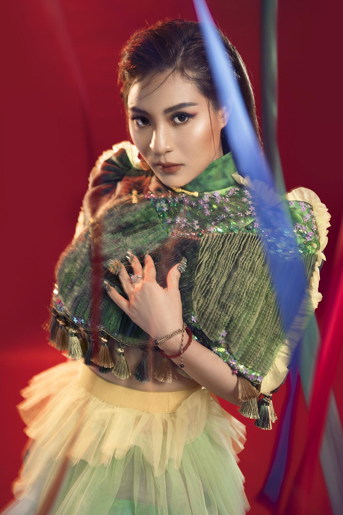 Sử dụng gam màu sặc sỡ, tươi sáng kết hợp với phụ kiện vòng bạc đặc trưng của các dân tộc miền núi phía Bắc, nữ ca sĩ lạ lẫm so với hình ảnh nữ tính vốn có.