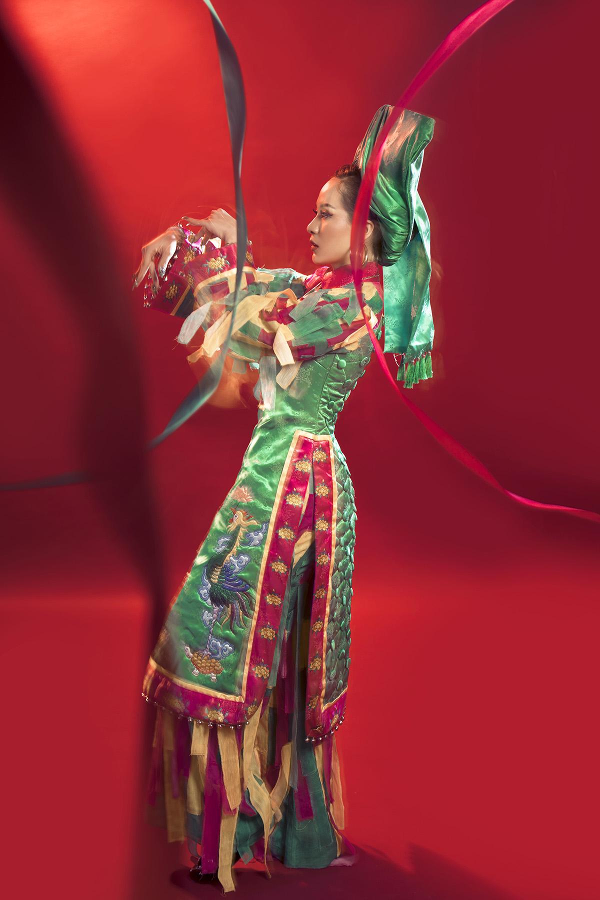Khoác lên mình bộ trang phục hầu đồng (tín ngưỡng tâm linh thuần Việt) bí ẩn, nữ ca sĩ khiến người xem phải tò mò và quan tâm tìm hiểu thêm về những câu chuyện đặc biệt đằng sau yếu tố văn hóa.