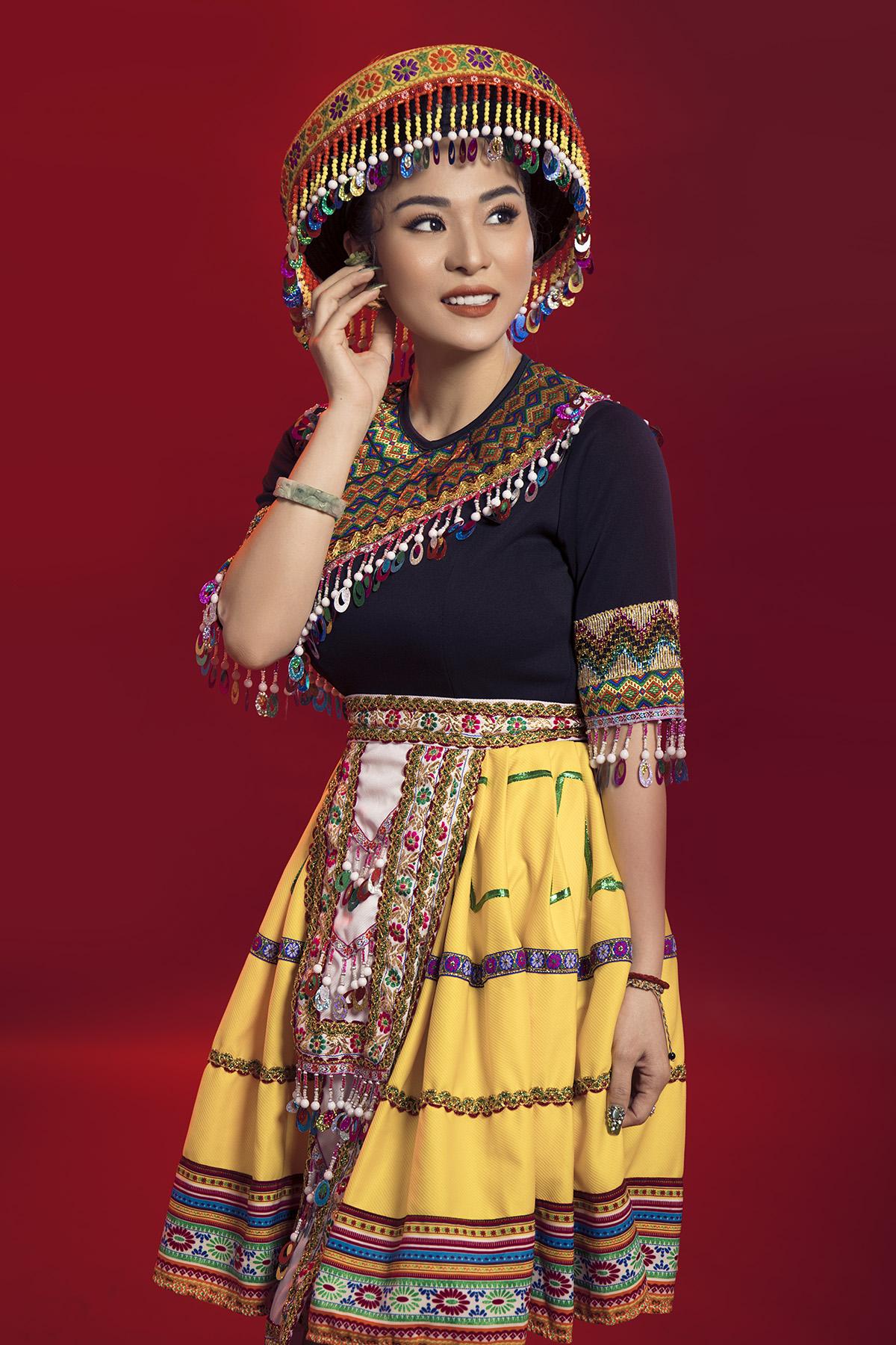 Trong trang phục cô gái H'Mông, Ánh Linh gây ấn tượng bởi vẻ đẹp nền nã, dịu dàng nhưng cũng tràn đầy năng lượng.