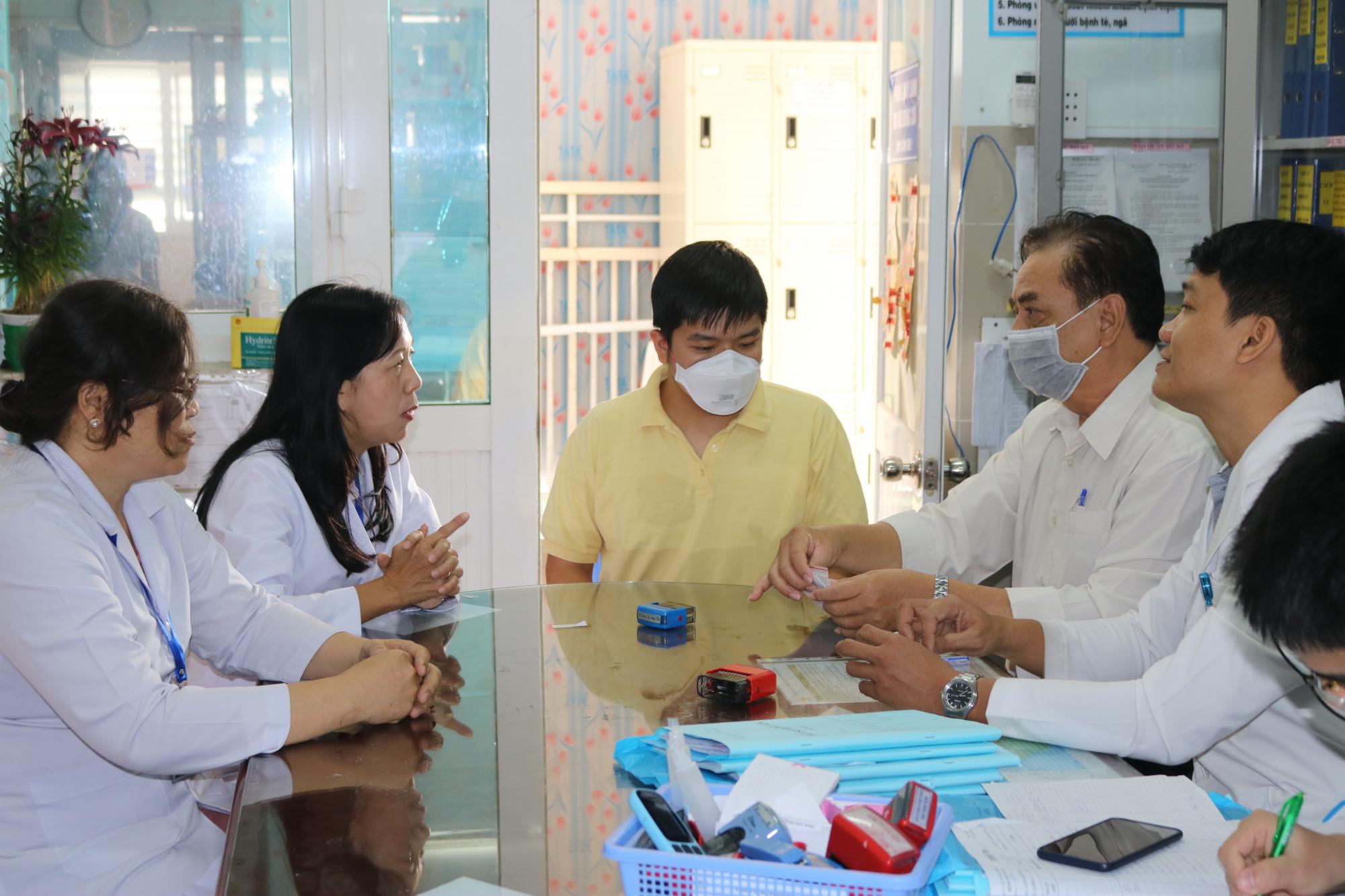 Anh Li Zi Chao đang trò chuyện với các bác sĩ Bệnh viện Quận 11