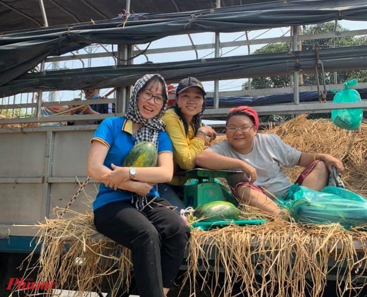 Nhóm các bạn trẻ tham gia giải cứu dưa hấu của nông dân Gia Lai.
