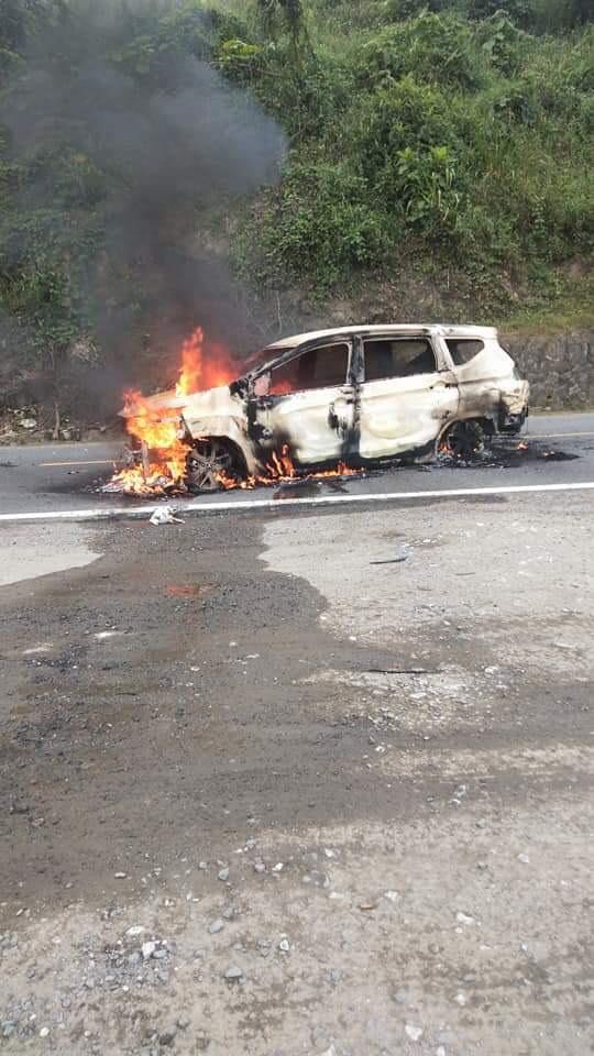 Chiếc xe đang chạy bỗng phát nổ và cháy rụi
