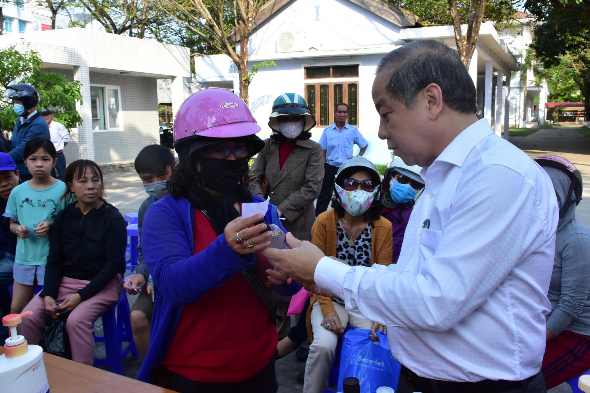 Trực trực tiếp tham gia phát nước nước rửa tay khô diệt khuẩn cho người dân trên địa bàn TP. Huế.