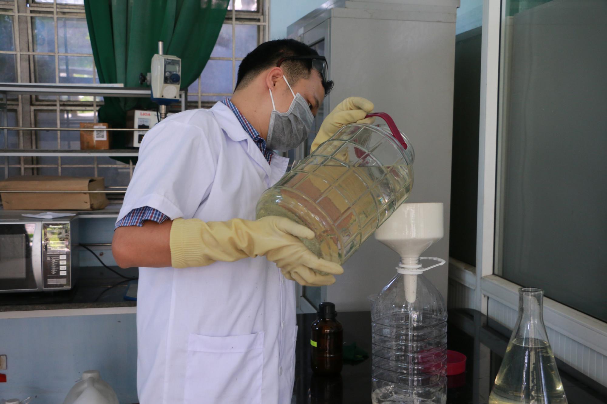 TS. Hóa học Đào Anh Quang cùng nhóm cộng sự đang sản xuất nước rửa tay khô diệt khuẩn để tặng cho người dân Huế