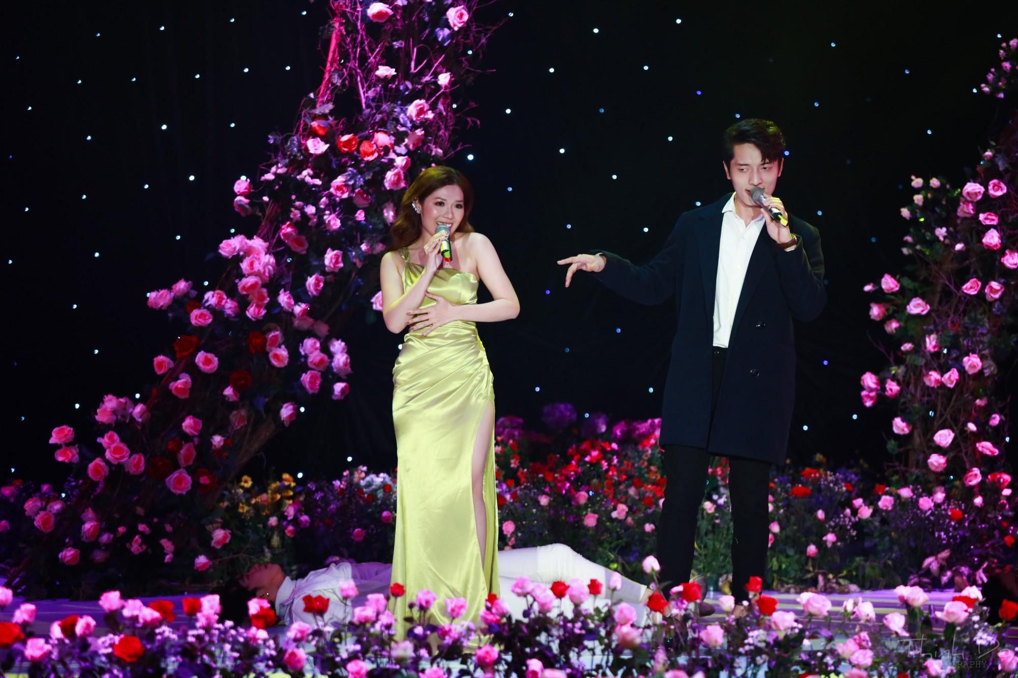Chương trình đã được ghi hình trước, khán giả có thể tương tác trên fanpage