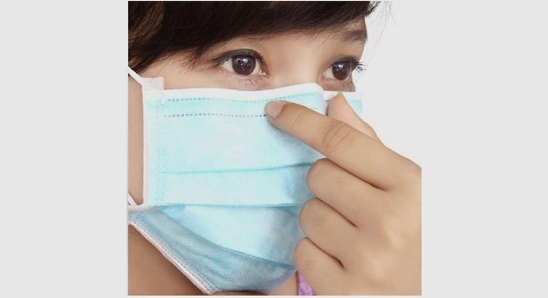 Thoa tinh dầu lên khẩu trang giúp thông thoáng đường hô hấp, chứ không thể chặn được virus Corona