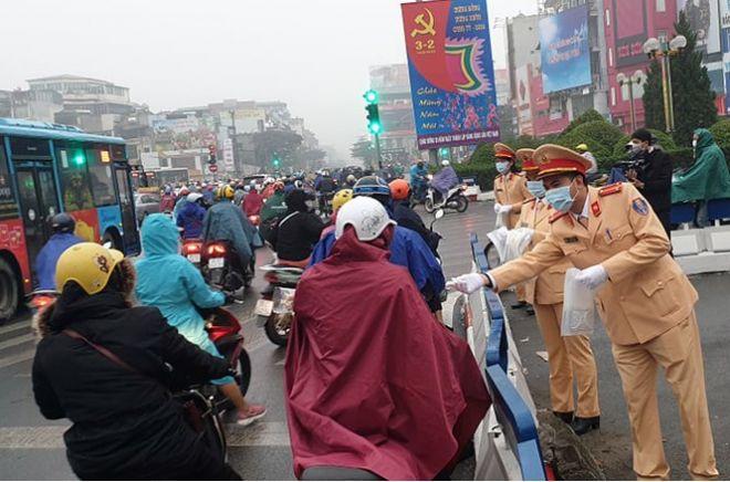 Lực lượng CSGT phát khẩu trang cho người dân