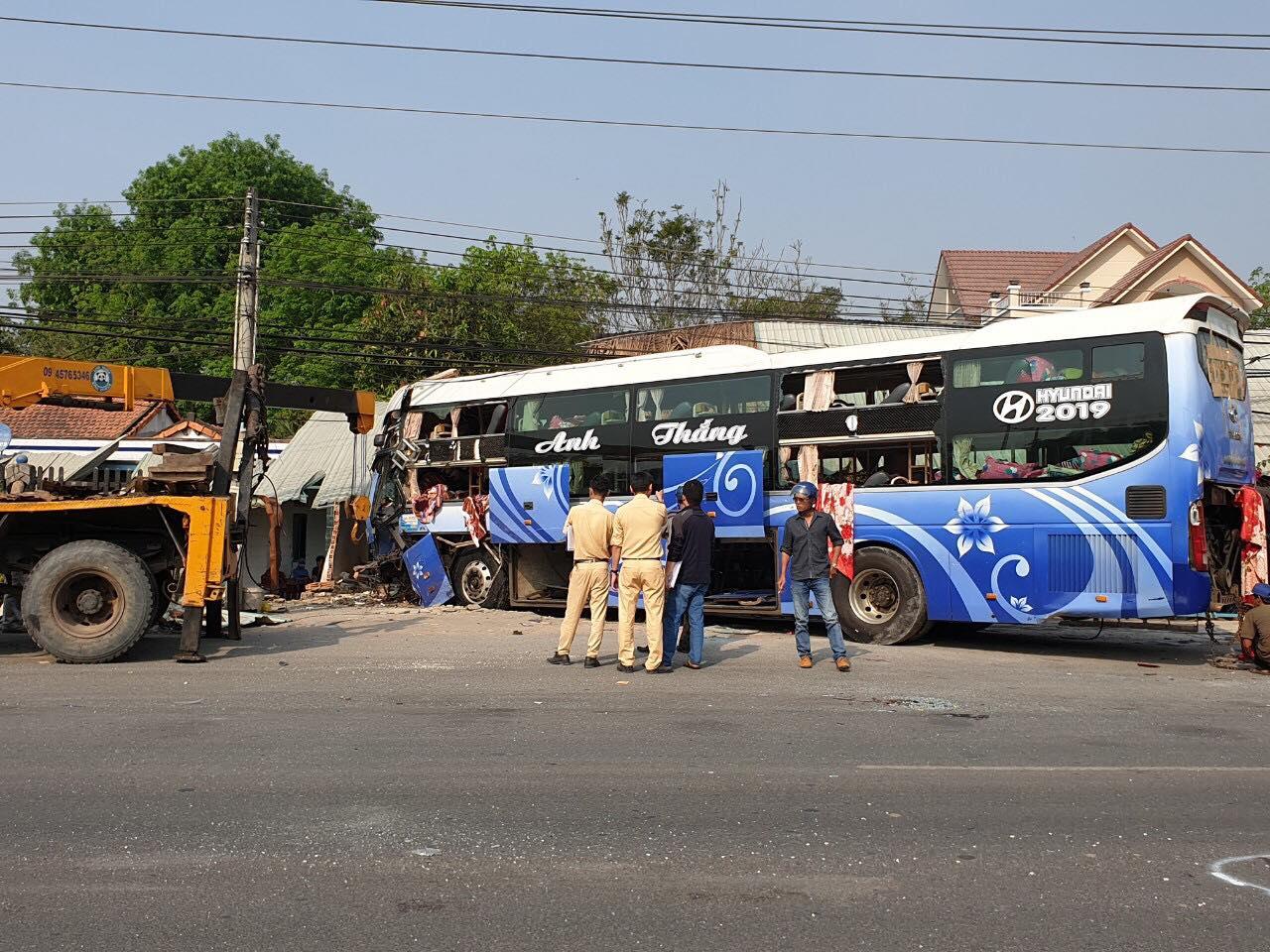 Lực lượng chức năng tiến hành đưa xe khách rời khỏi hiện trường vụ tai nạn