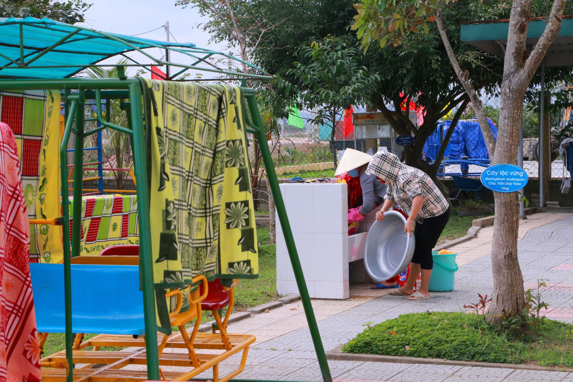 Đặc biệt là mùng, mền chăn ra, gối nệm và chiếu ngủ của những học sinh bán trú được tảy trùng phơi khô để kịp đón các cháu trở lại trường sau ngày nghỉ học phòng ngừa dịch corona