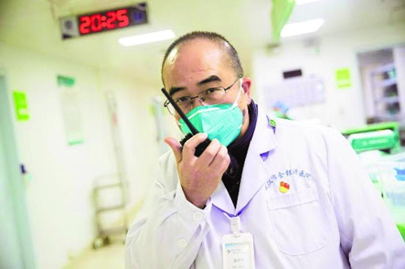 Bác sĩ Zhang Dingyu chạy đua với thời gian để hỗ trợ bệnh nhân