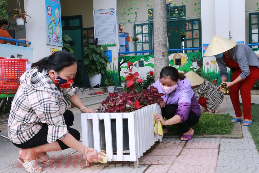 Có mặt tại trường mầm non xã Thủy Thanh phóng viên báo Phụ Nữ thành phố Hồ Chí Minh nhận thấy công việc được các cô giáo chuẩn bị rất khẩn trương, từ phun thuốc diệt trùng, phát quang quanh trường và dọn dẹp tọn gàngừ trong phòng học ra đến sân trường được thực hiện ngăn nắp, g