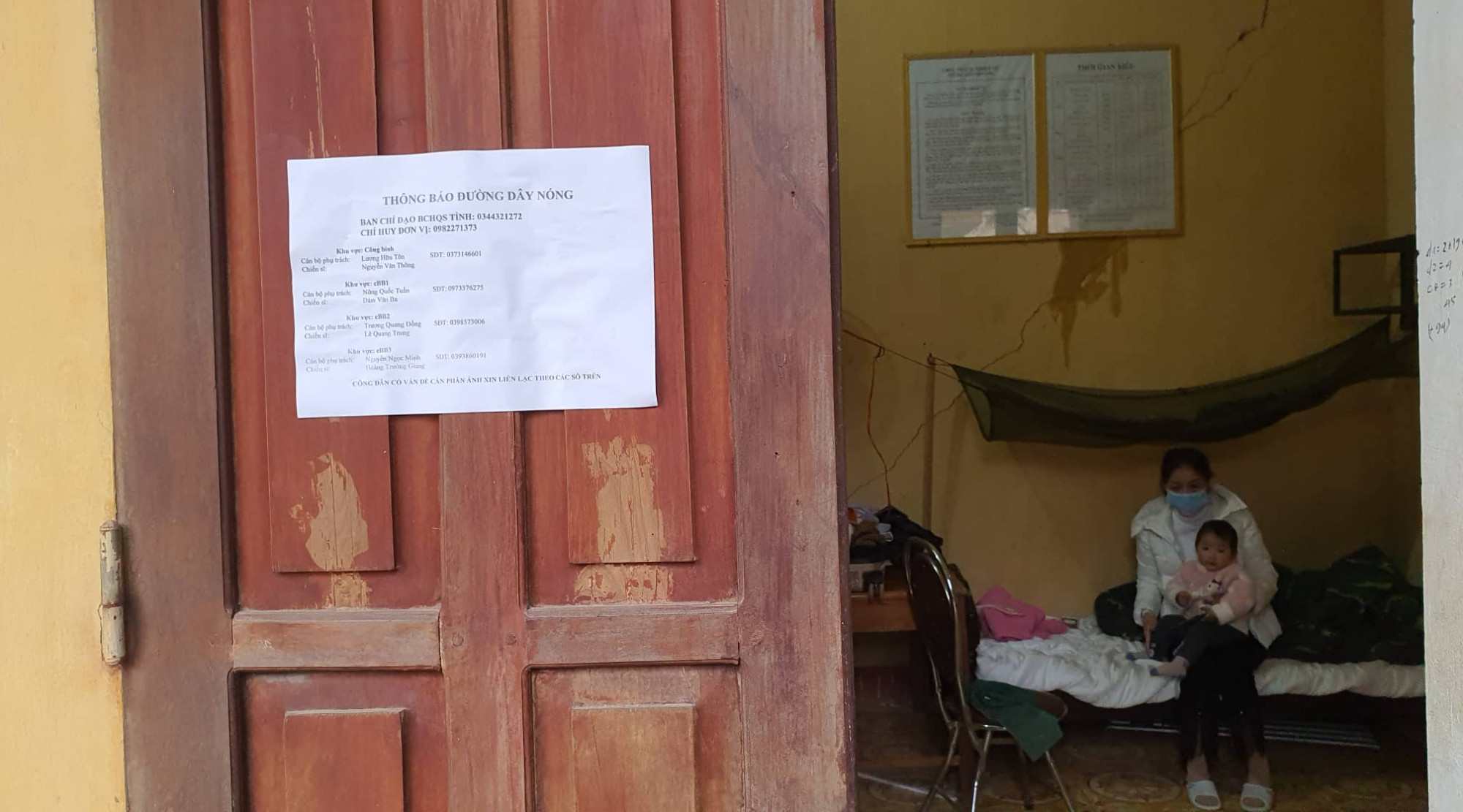 Các phòng cách ly đều dán thông tin để người dân liên hệ khi cần thiết.